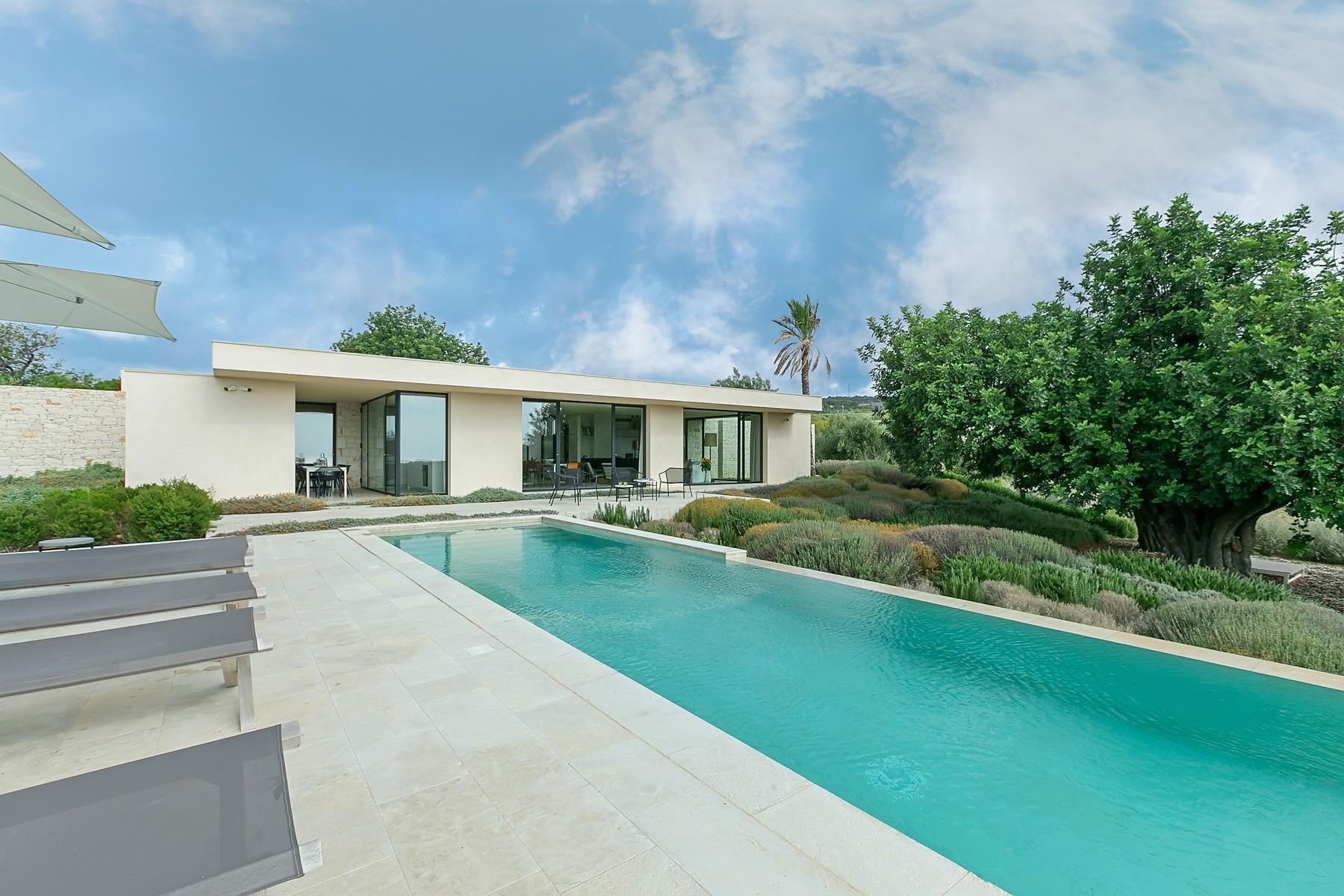 拥有游泳池和附属建筑当代设计的别墅 - 12