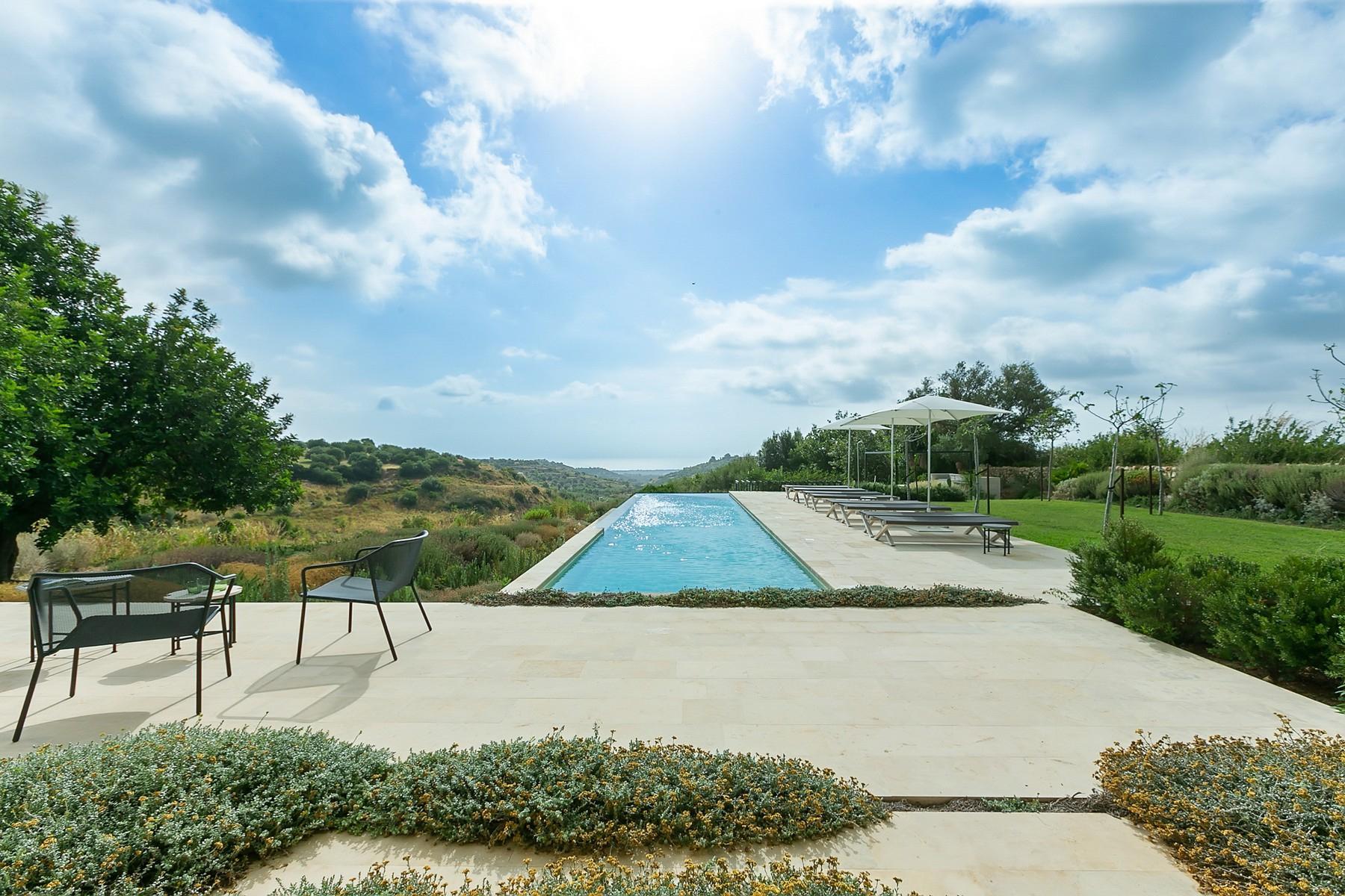 拥有游泳池和附属建筑当代设计的别墅 - 13