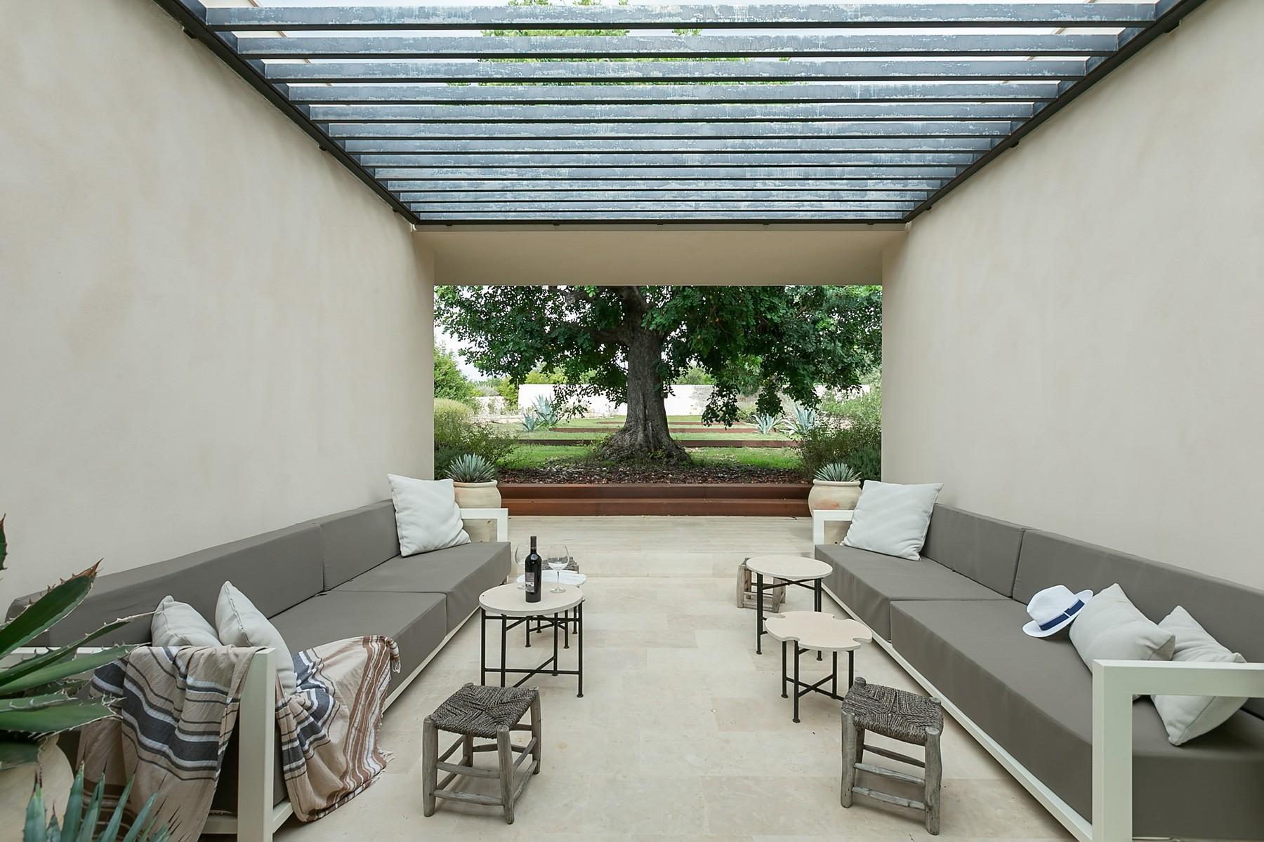 拥有游泳池和附属建筑当代设计的别墅 - 22