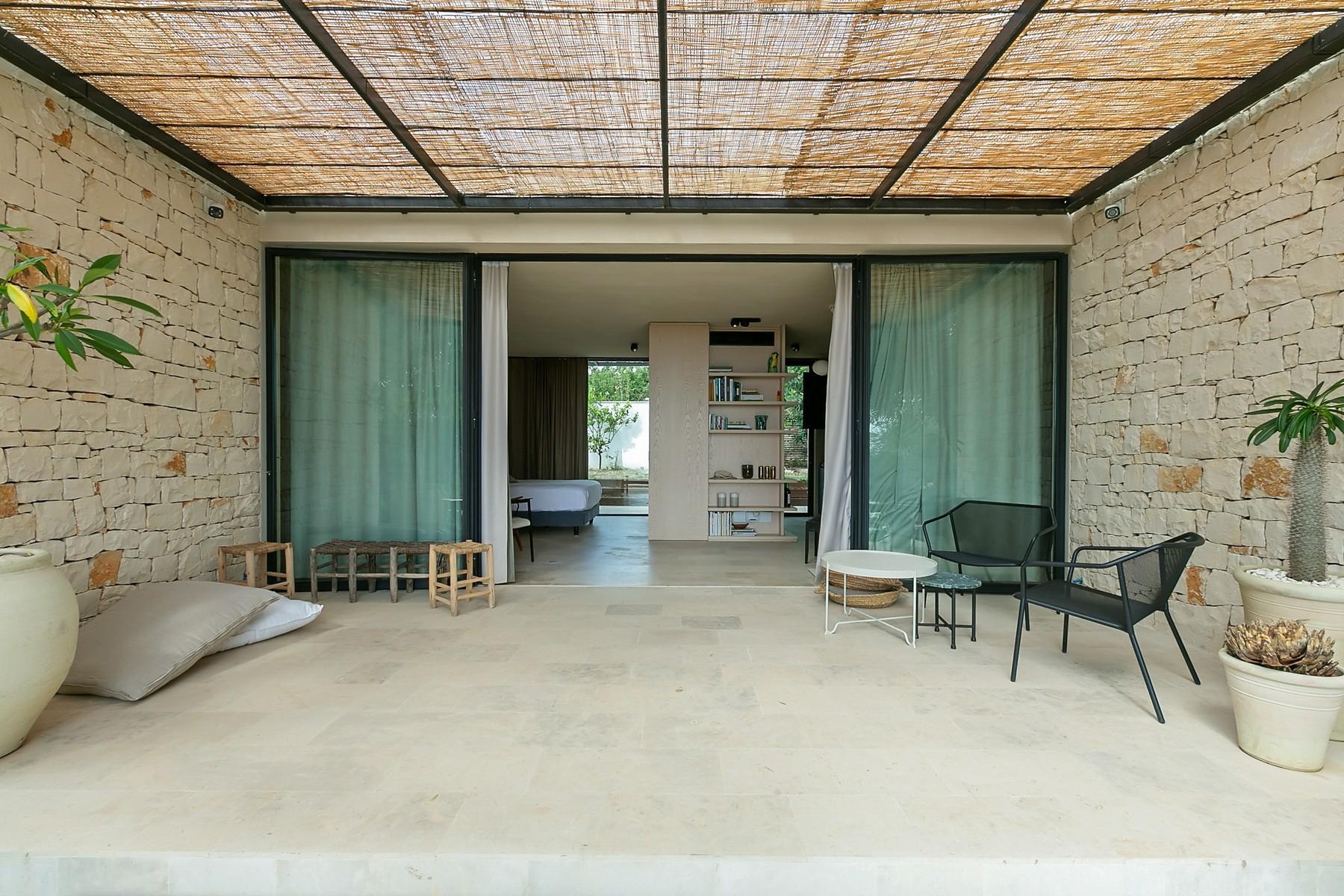 拥有游泳池和附属建筑当代设计的别墅 - 20
