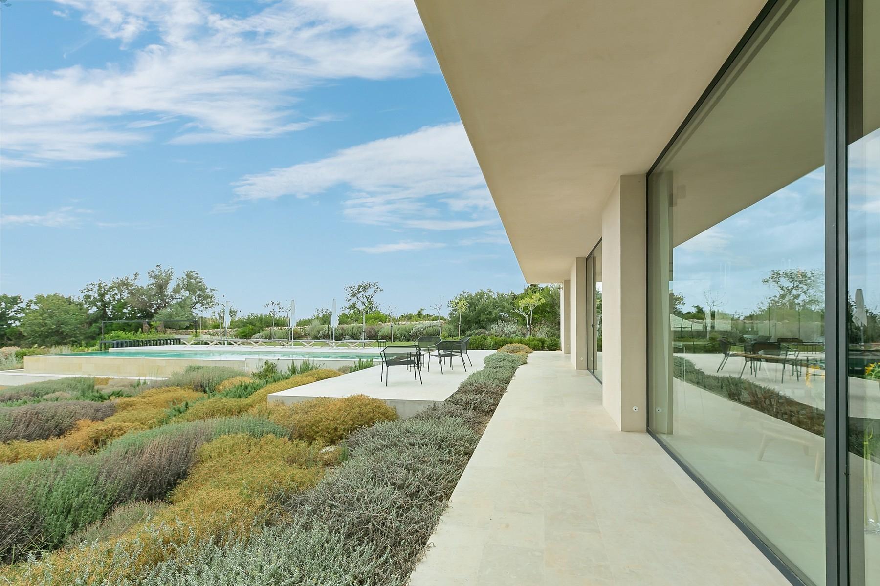 拥有游泳池和附属建筑当代设计的别墅 - 28
