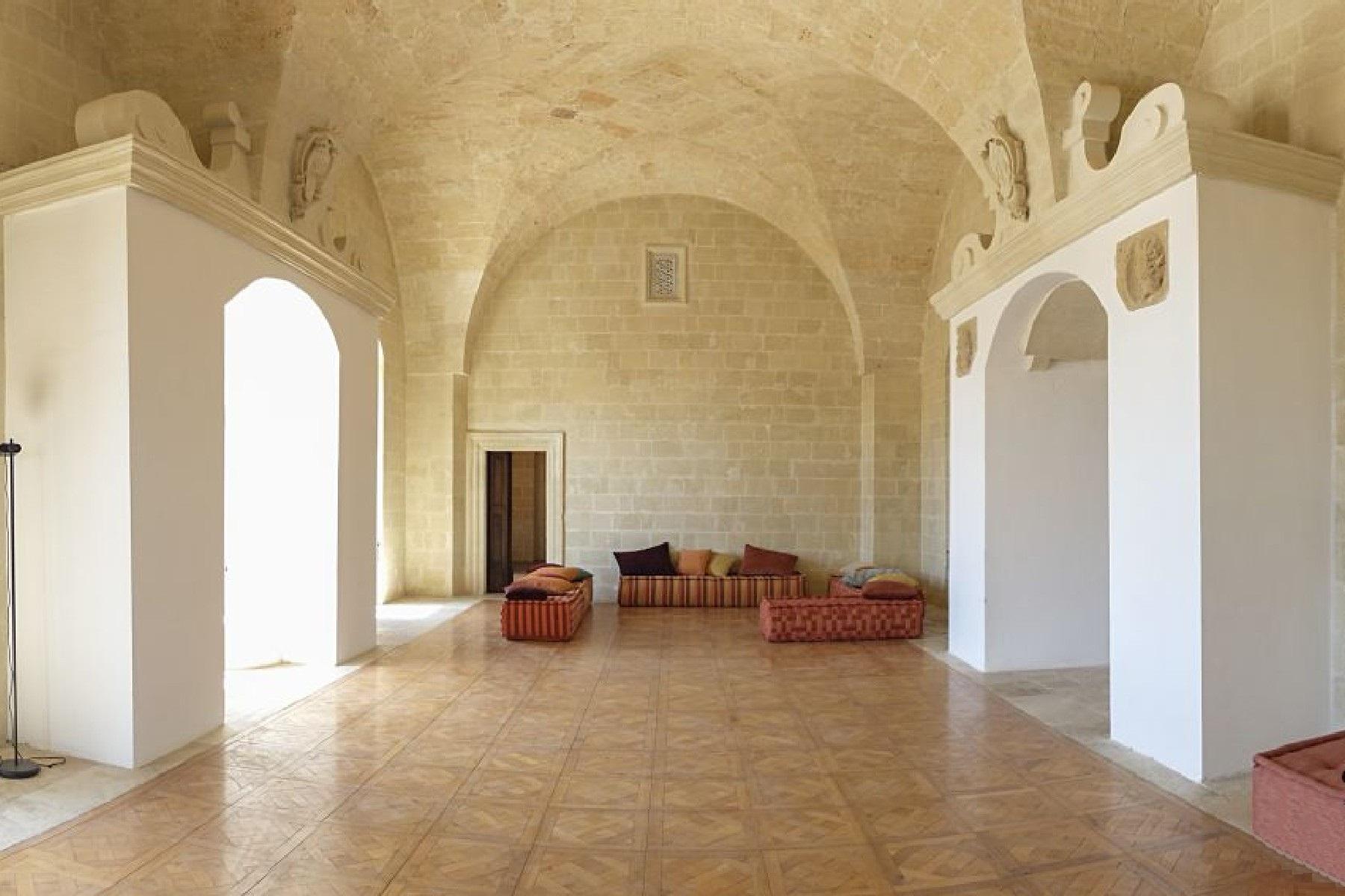 Palais ancien et imposant à proximité immédiate de la ville baroque de Lecce - 14