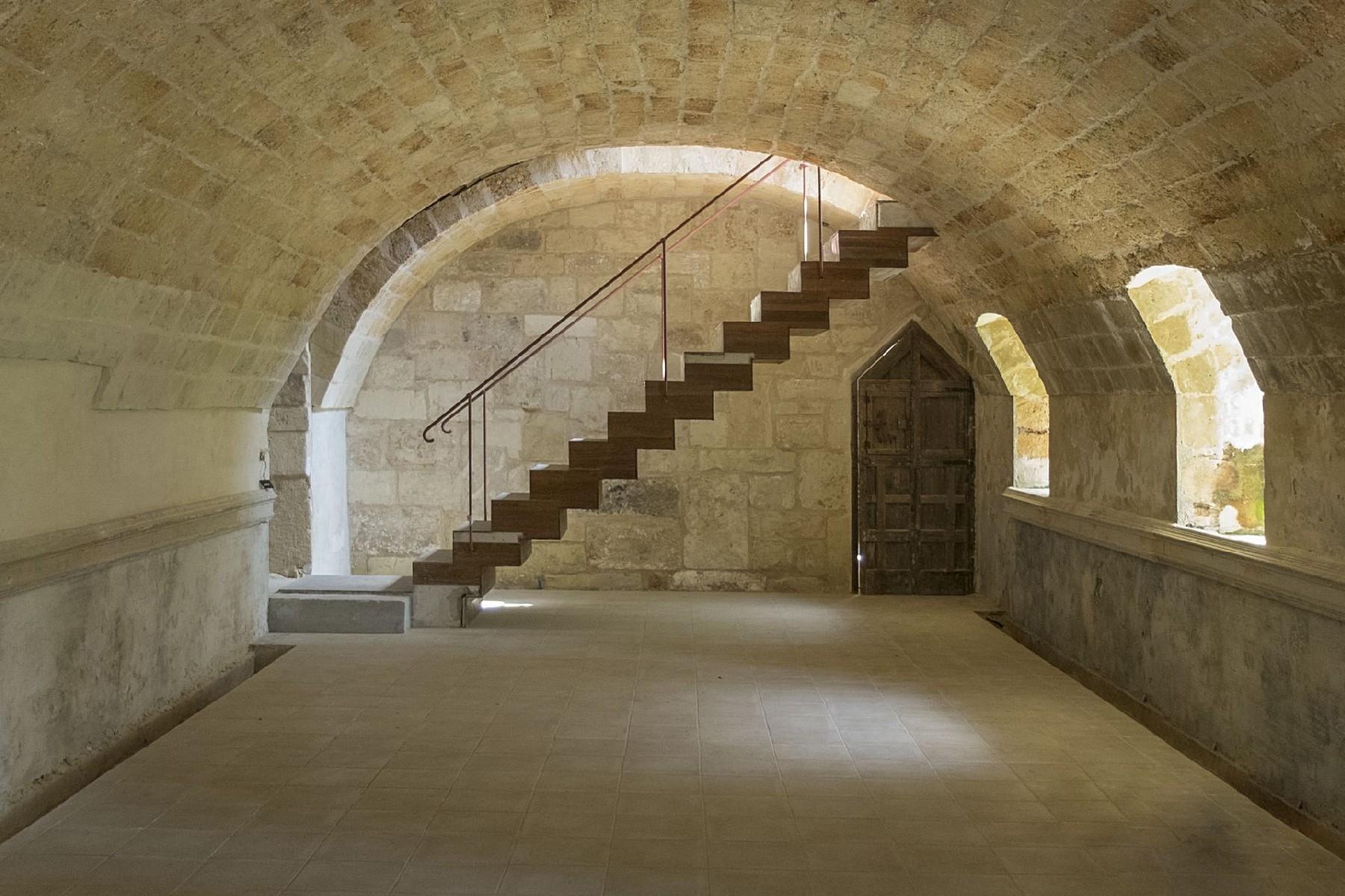 Palais ancien et imposant à proximité immédiate de la ville baroque de Lecce - 7