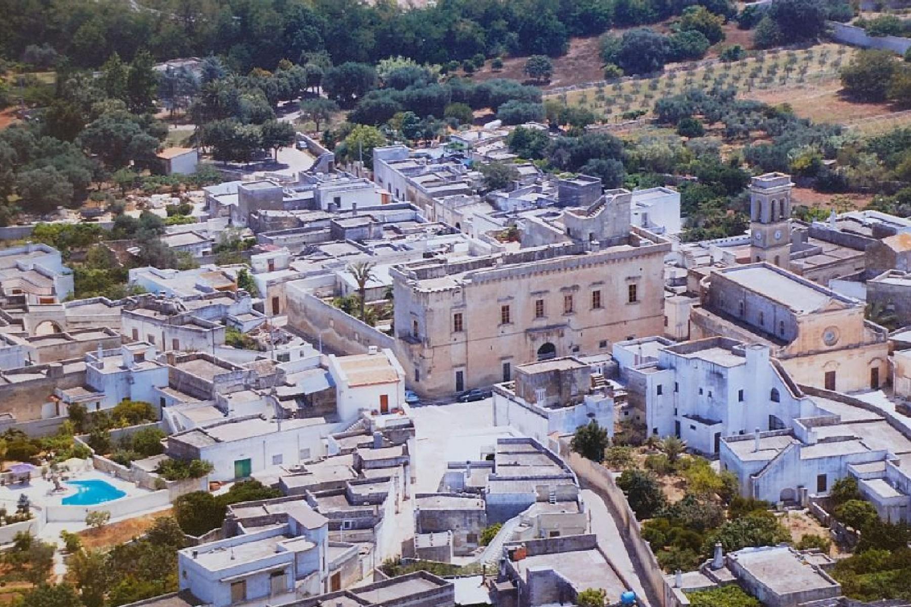 Palais ancien et imposant à proximité immédiate de la ville baroque de Lecce - 15