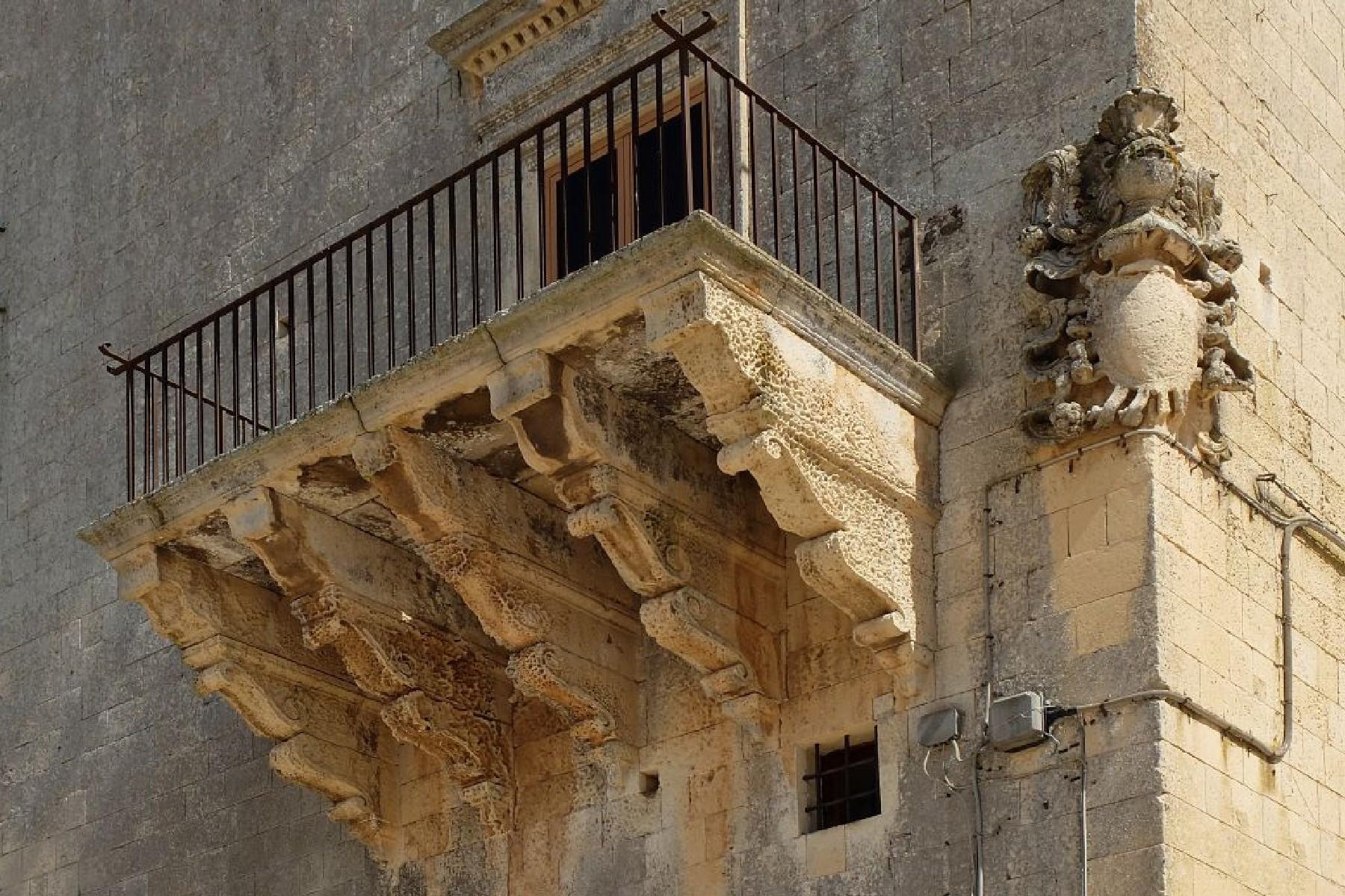 Palais ancien et imposant à proximité immédiate de la ville baroque de Lecce - 10