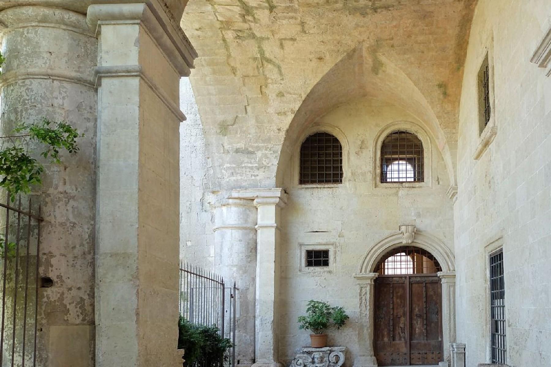 Palais ancien et imposant à proximité immédiate de la ville baroque de Lecce - 11