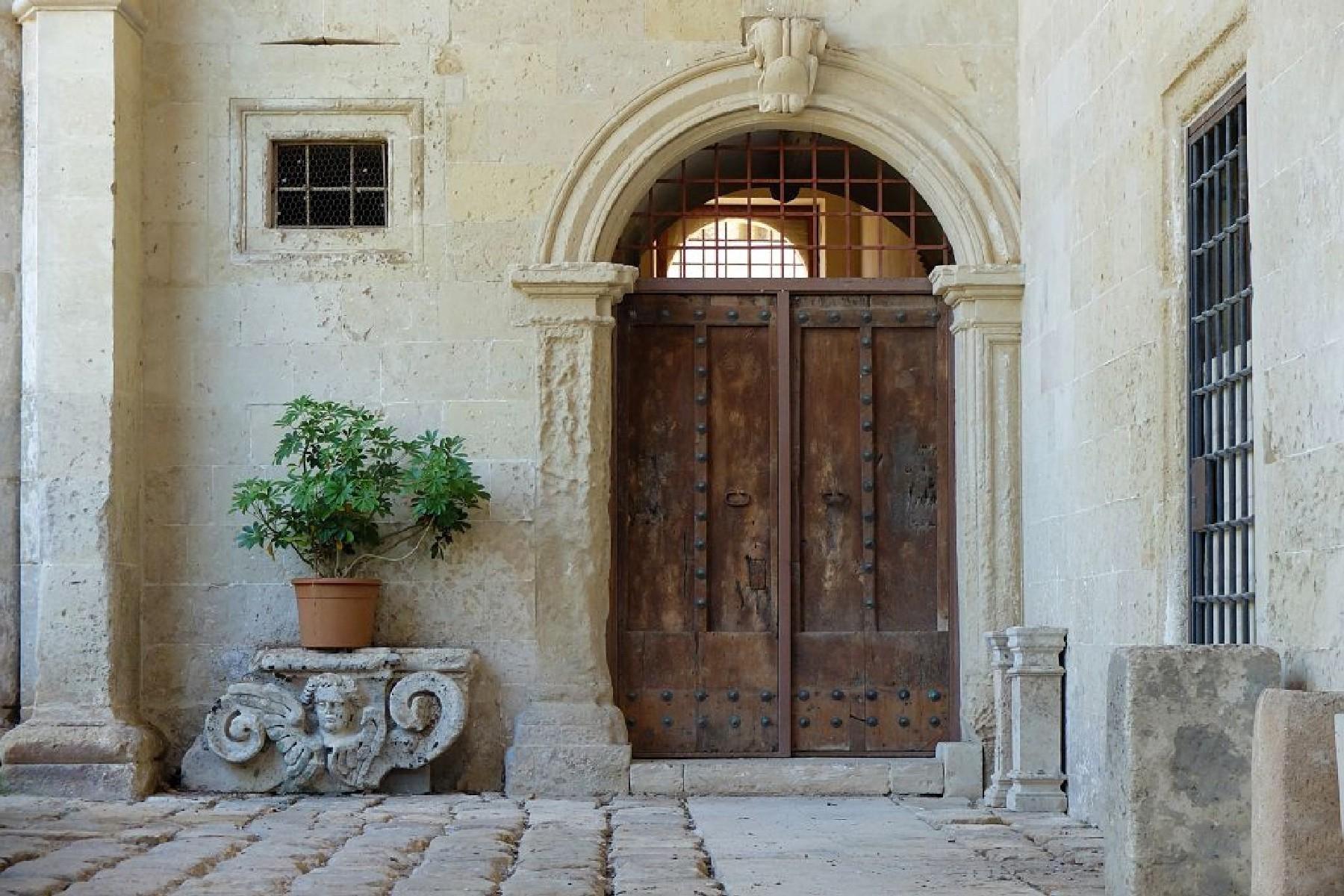 Palais ancien et imposant à proximité immédiate de la ville baroque de Lecce - 12