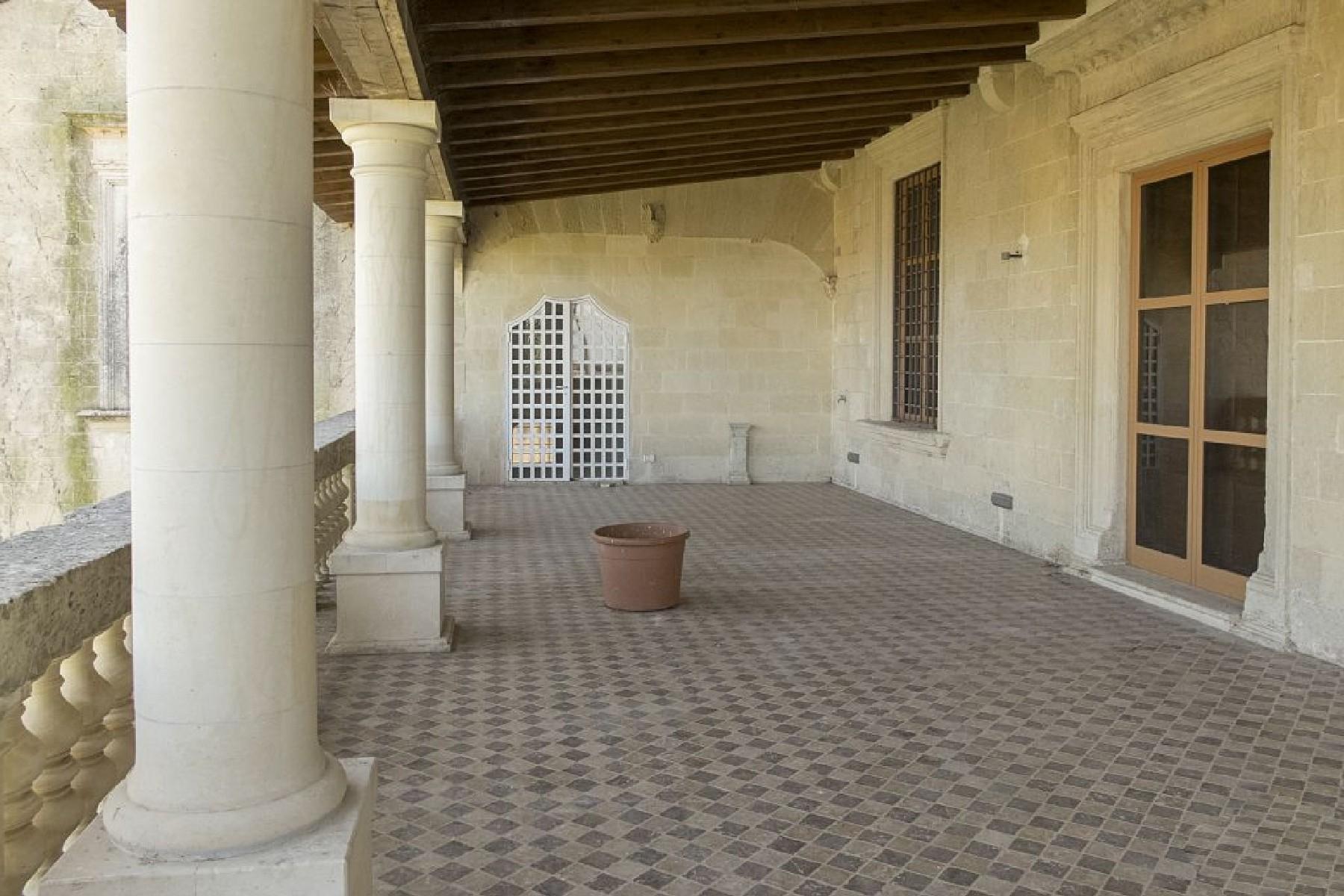 Palais ancien et imposant à proximité immédiate de la ville baroque de Lecce - 4