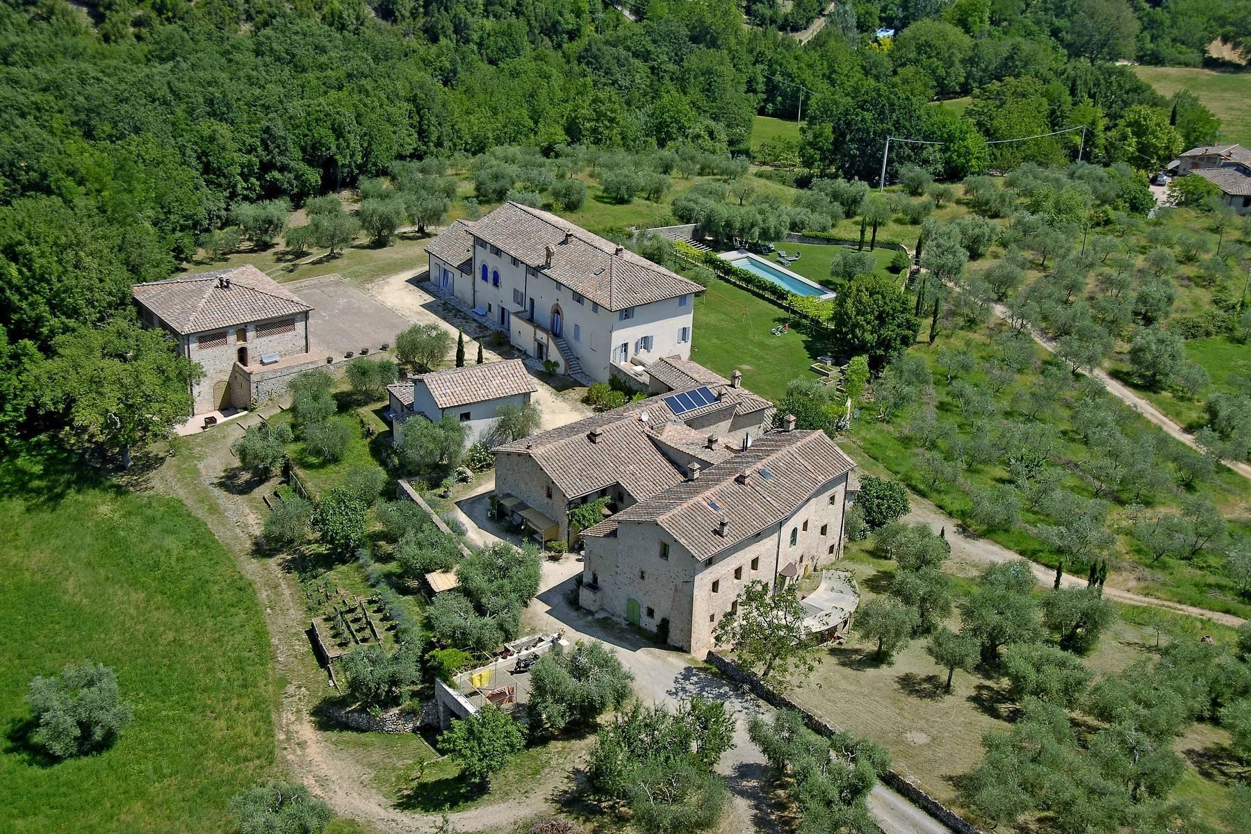 Restaurierte Burg auf den Hügeln von Siena - 1
