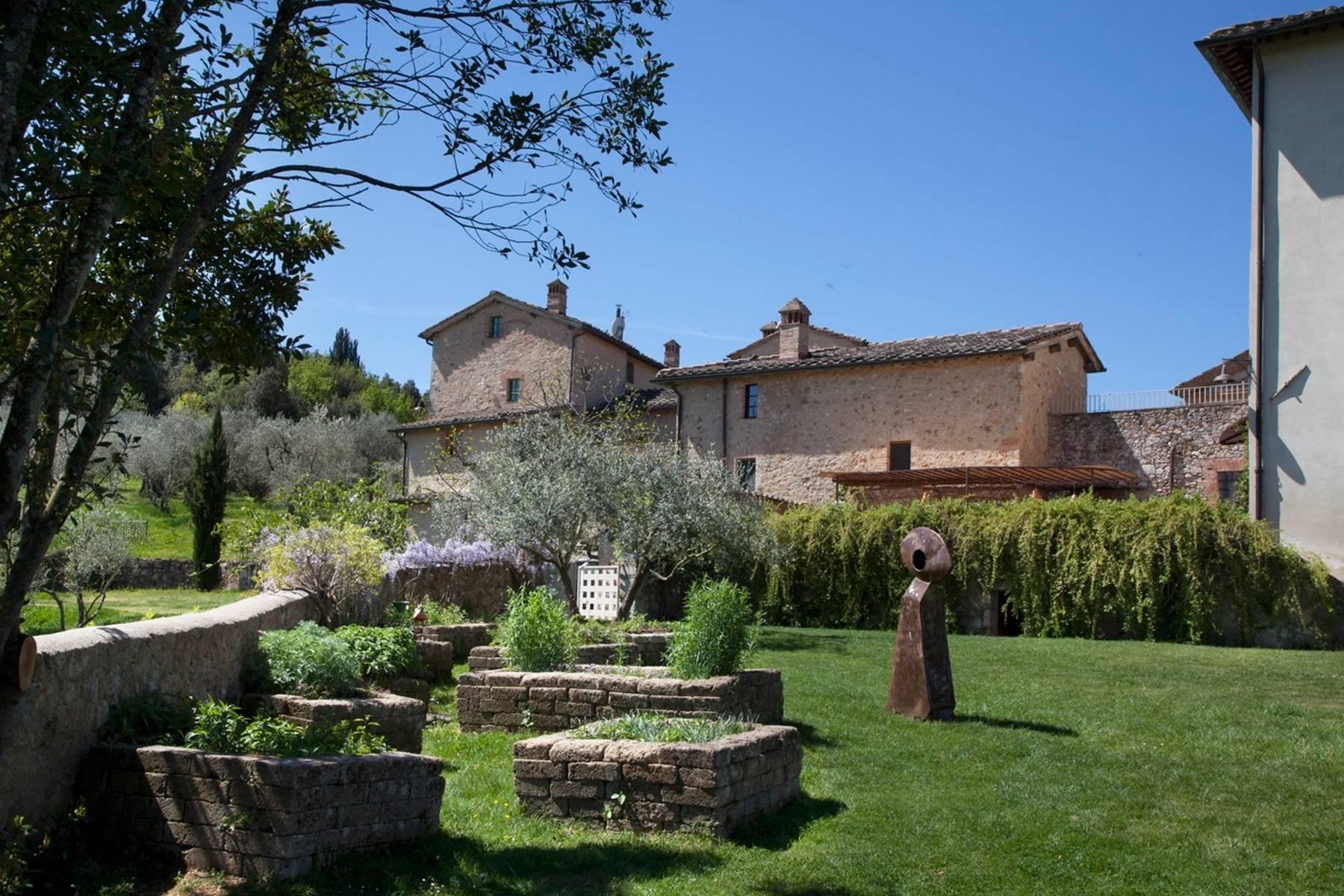 Restaurierte Burg auf den Hügeln von Siena - 3