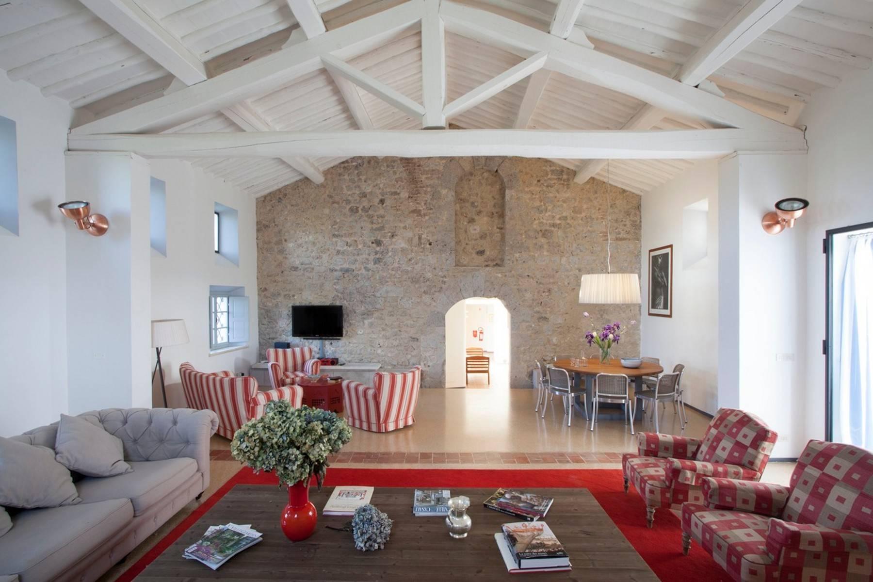 Restaurierte Burg auf den Hügeln von Siena - 7