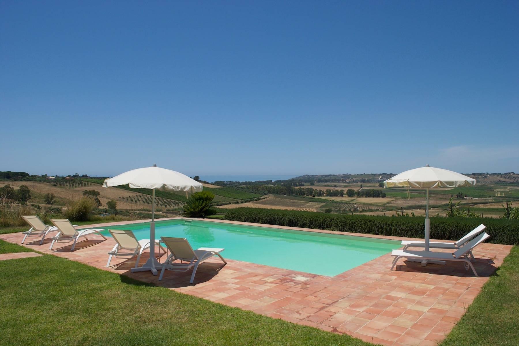 Superbe villa immergée dans la campagne et surplombant la mer - 2