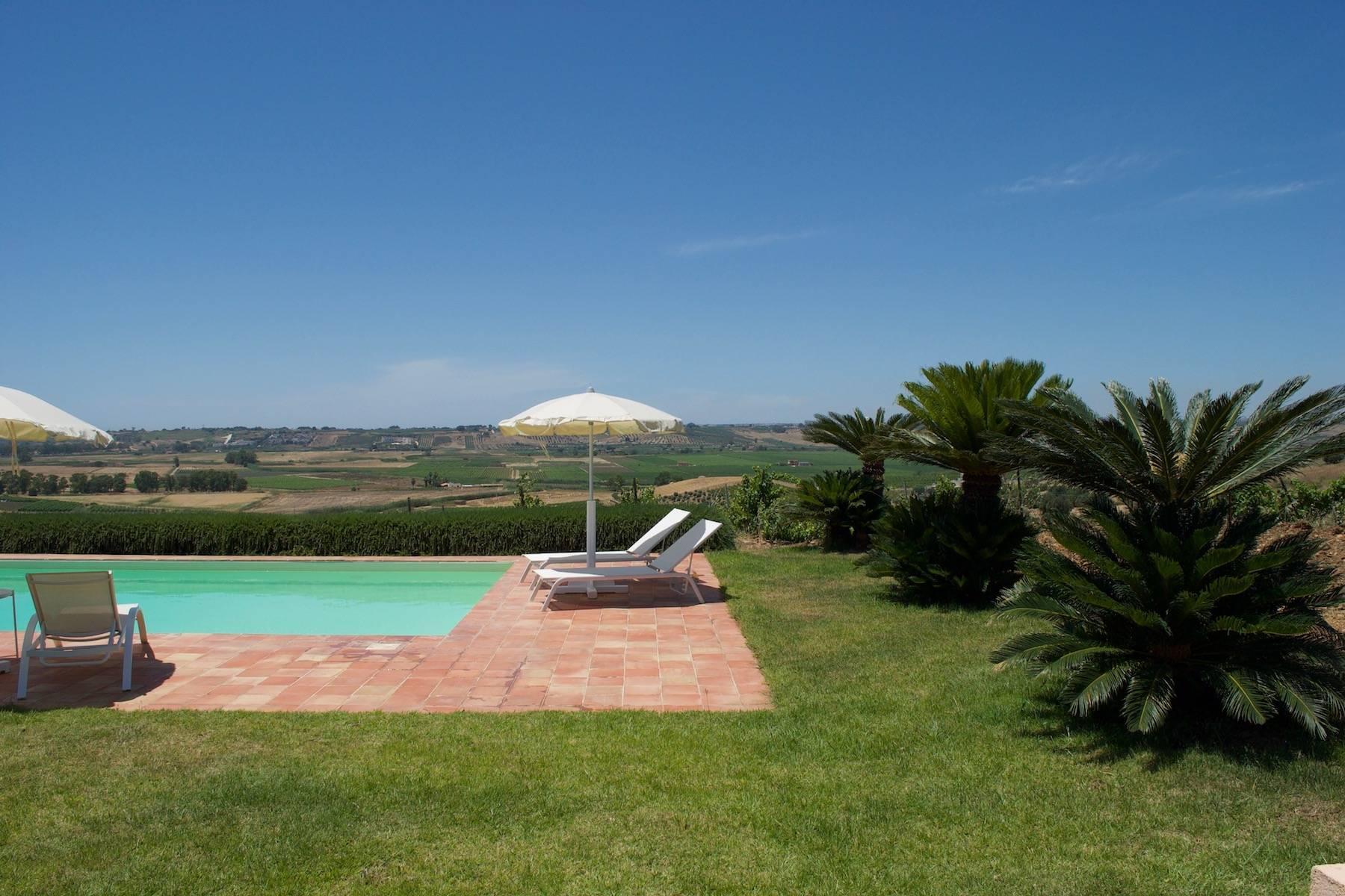 Superbe villa immergée dans la campagne et surplombant la mer - 23
