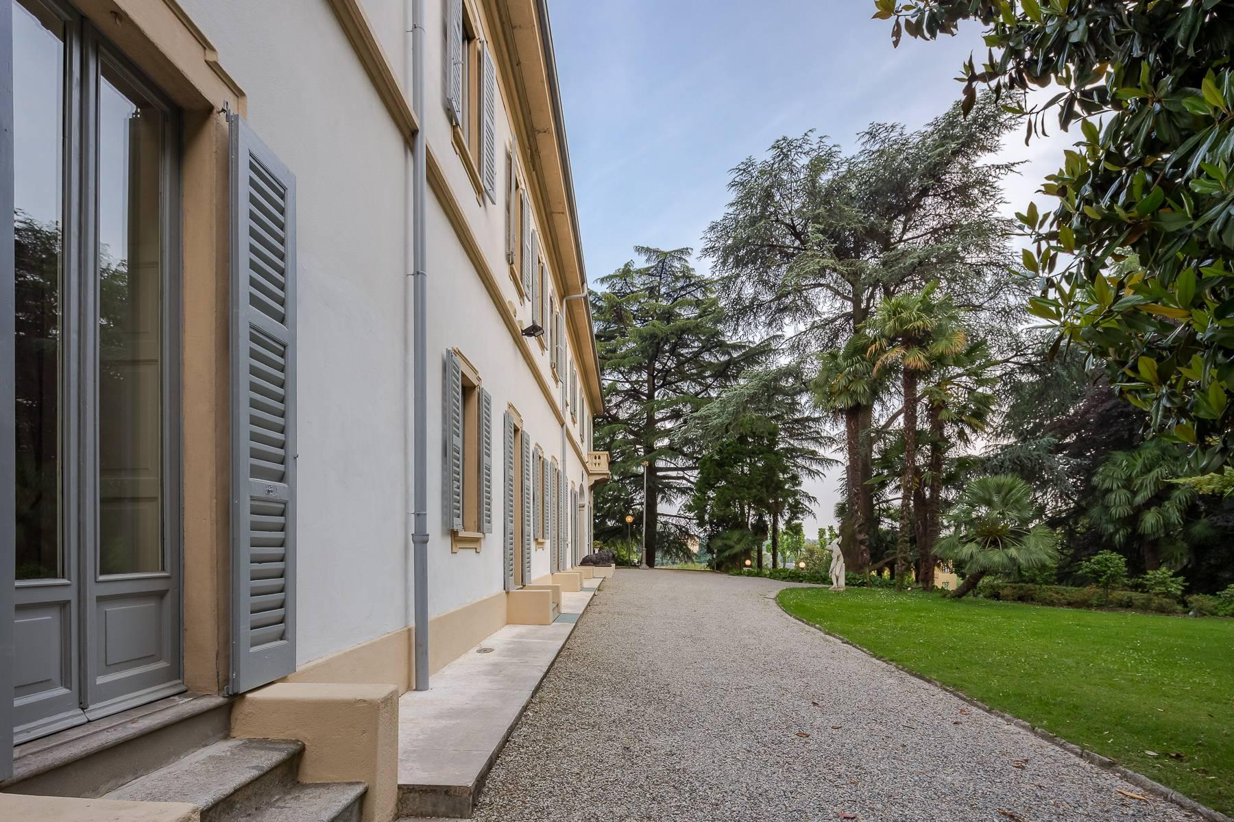 Beautiful historic villa surrounded by a park of about 2.2 hectares 30 minutes from Milan - 3