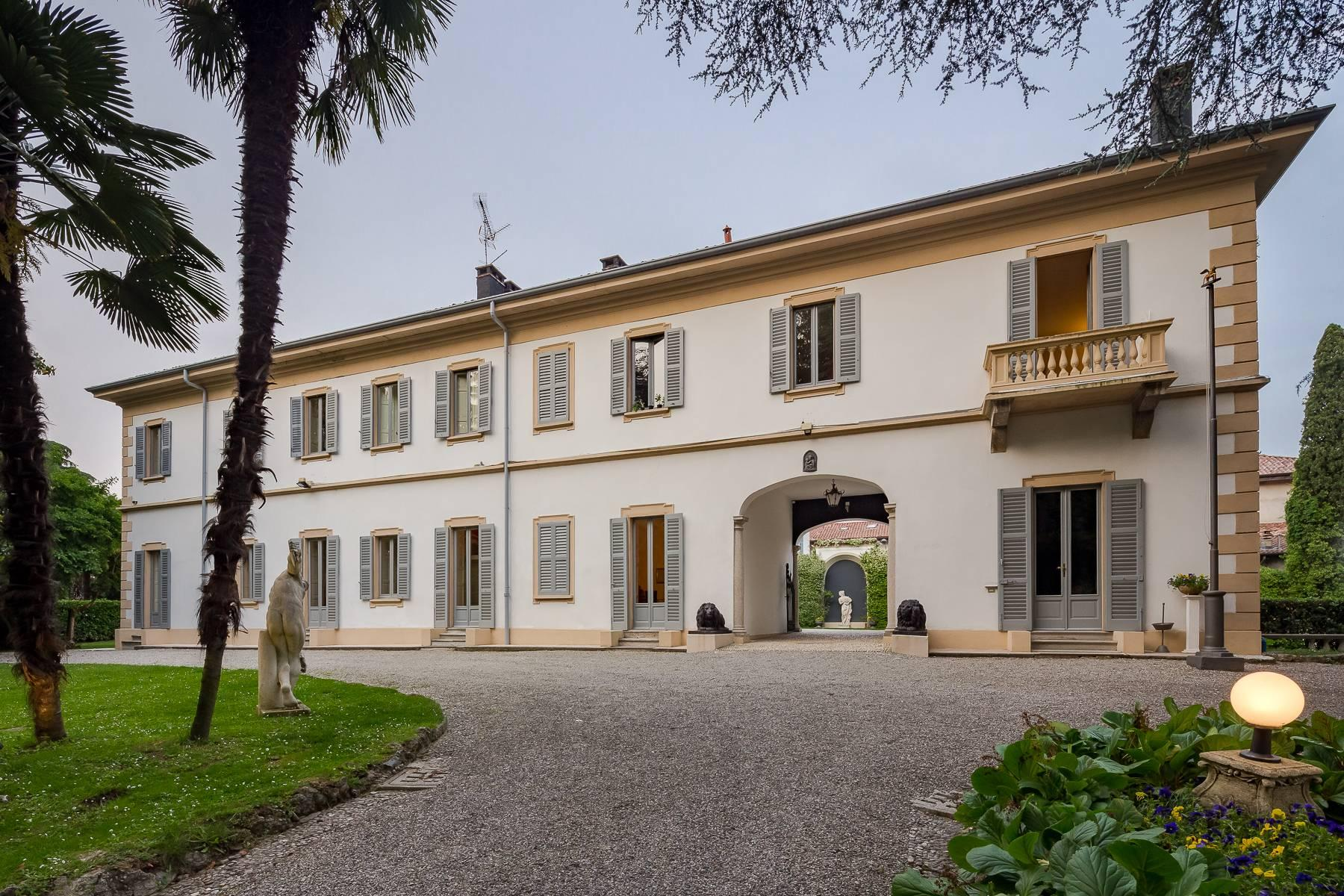 Beautiful historic villa surrounded by a park of about 2.2 hectares 30 minutes from Milan - 2