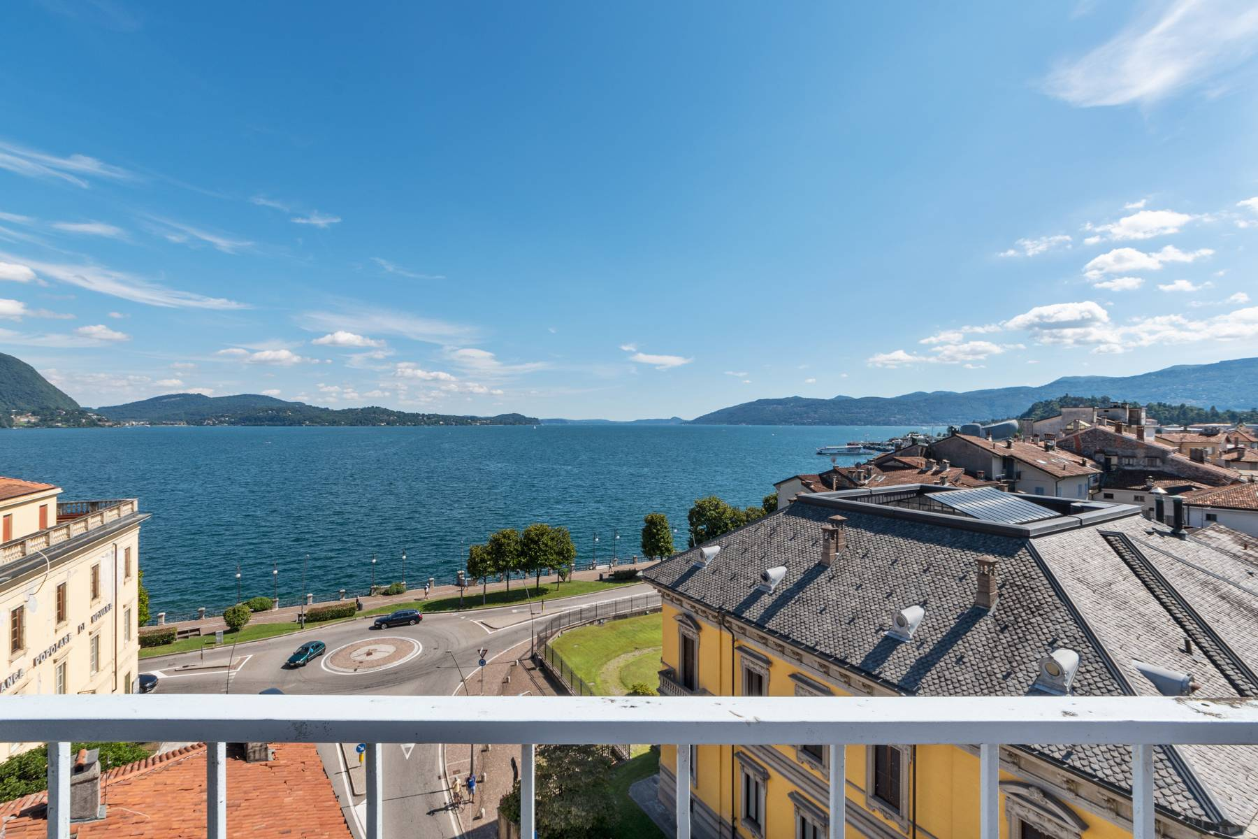Breathtaking penthouse with balcony and terrace overlooking all the lake Maggiore located in the center of Intra - 27