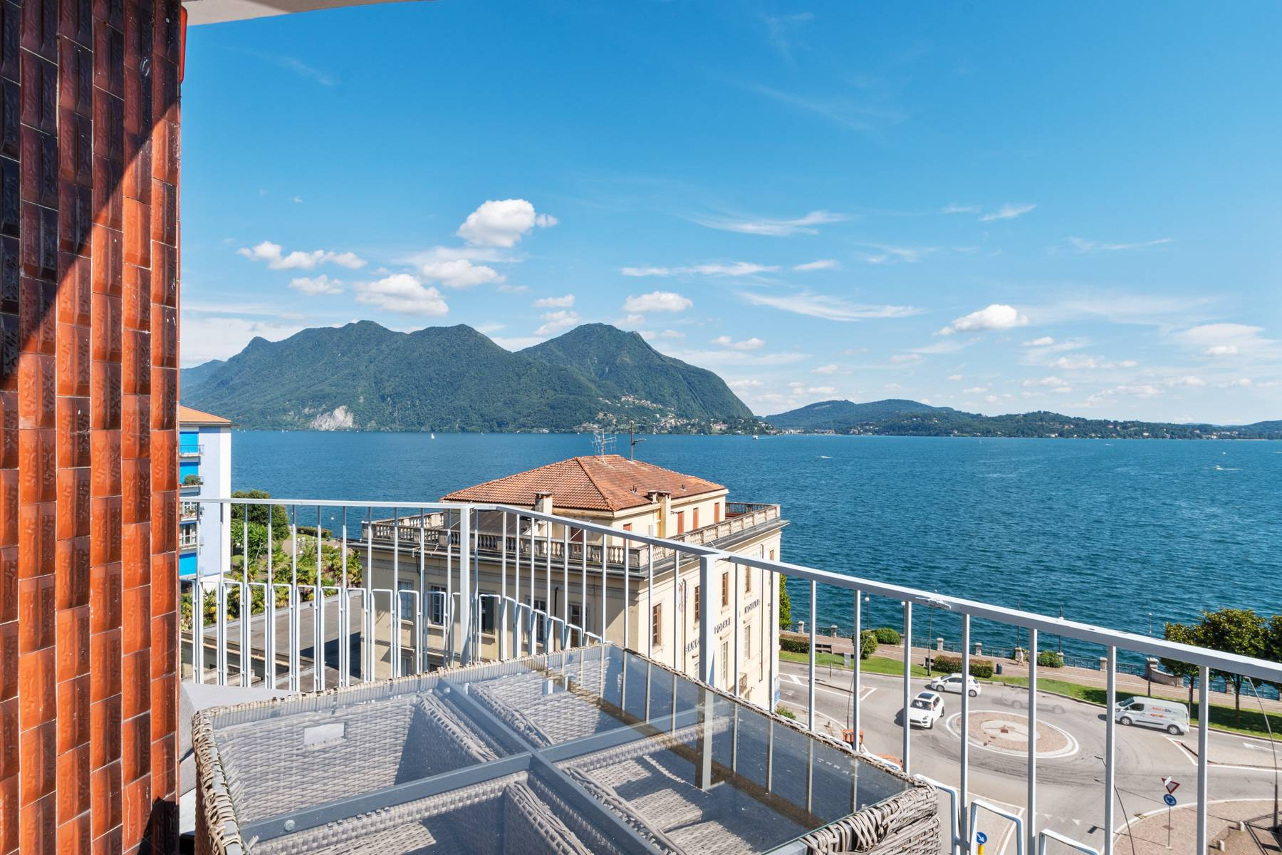 Breathtaking penthouse with balcony and terrace overlooking all the lake Maggiore located in the center of Intra - 1