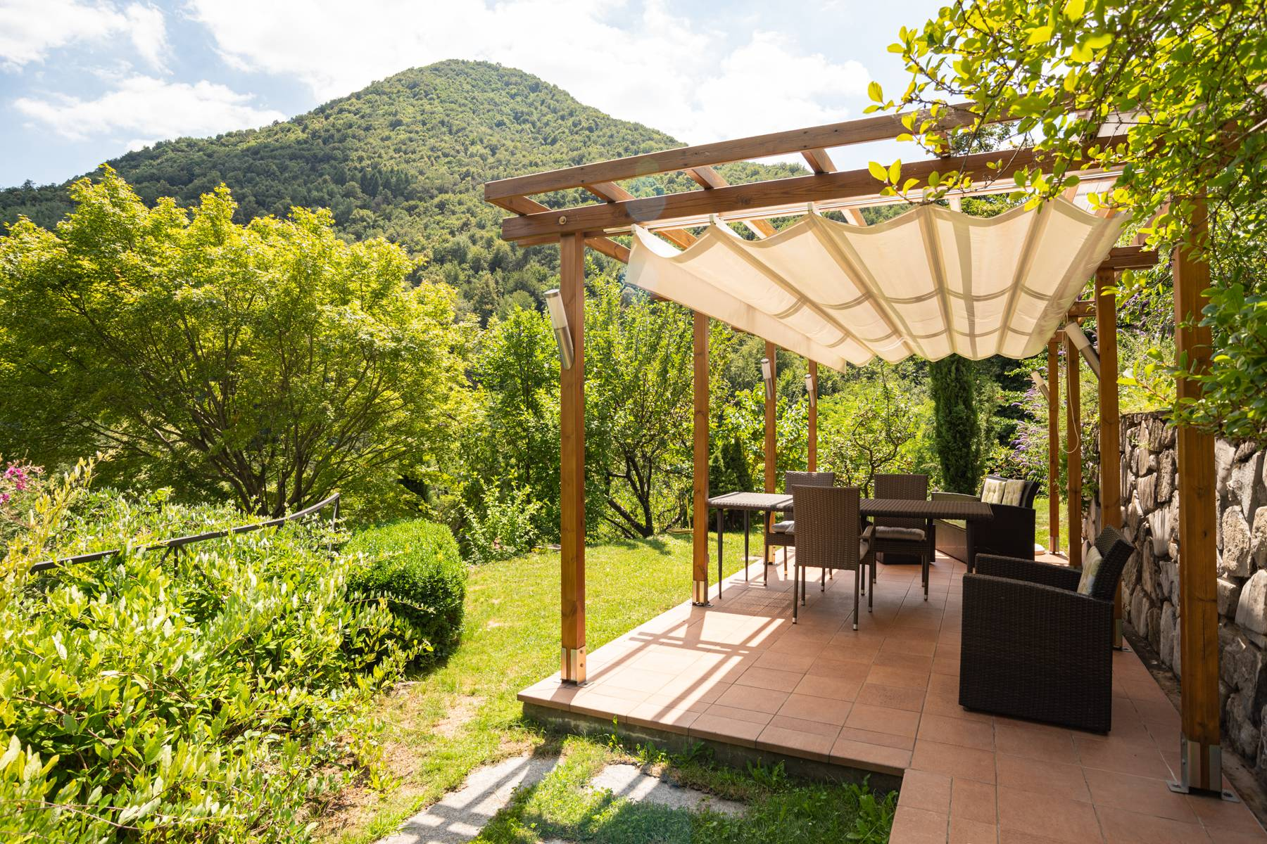 Splendida villa moderna sulla collina soleggiata sopra Argegno - 12