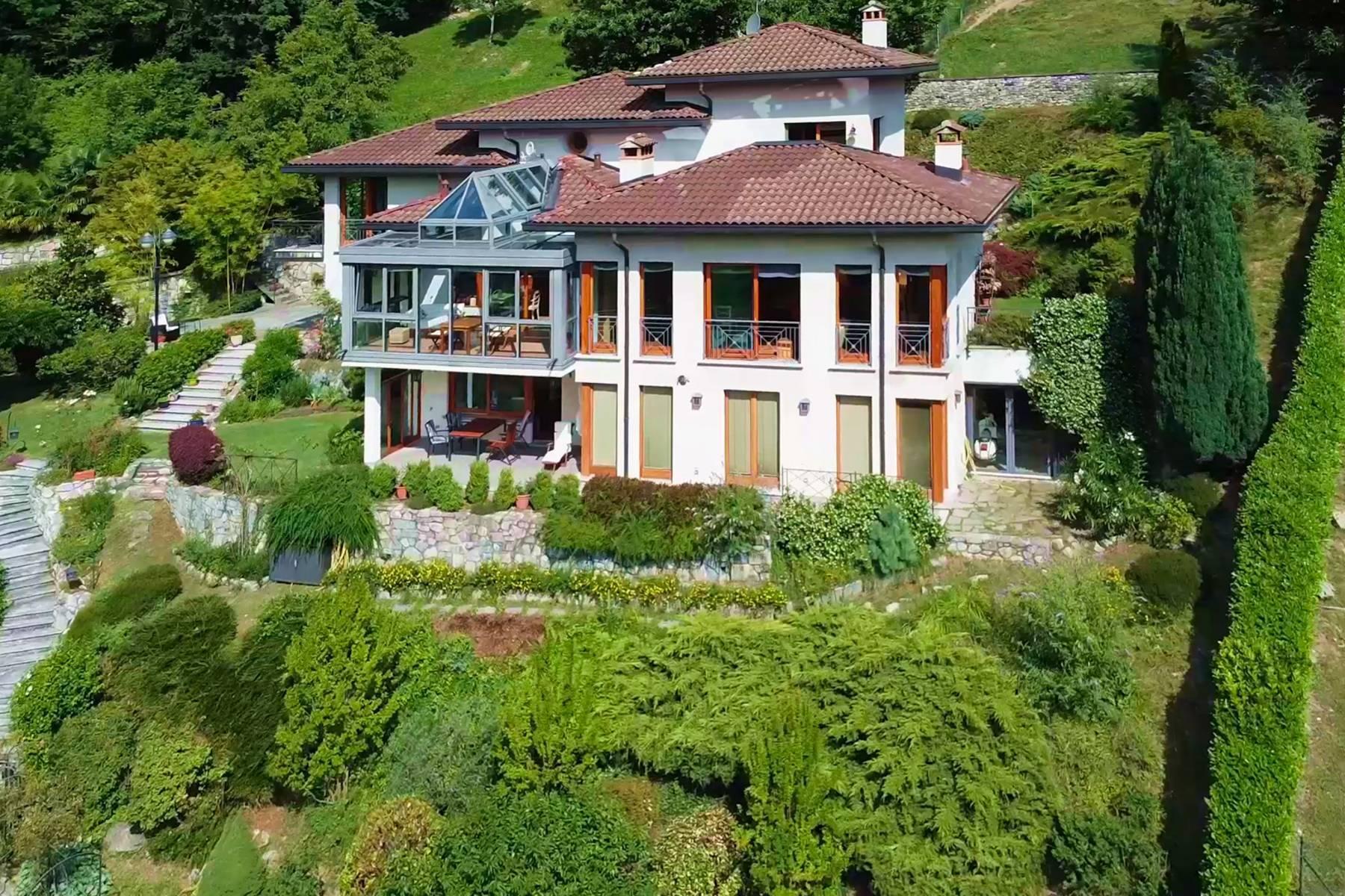 Splendida villa moderna sulla collina soleggiata sopra Argegno - 1