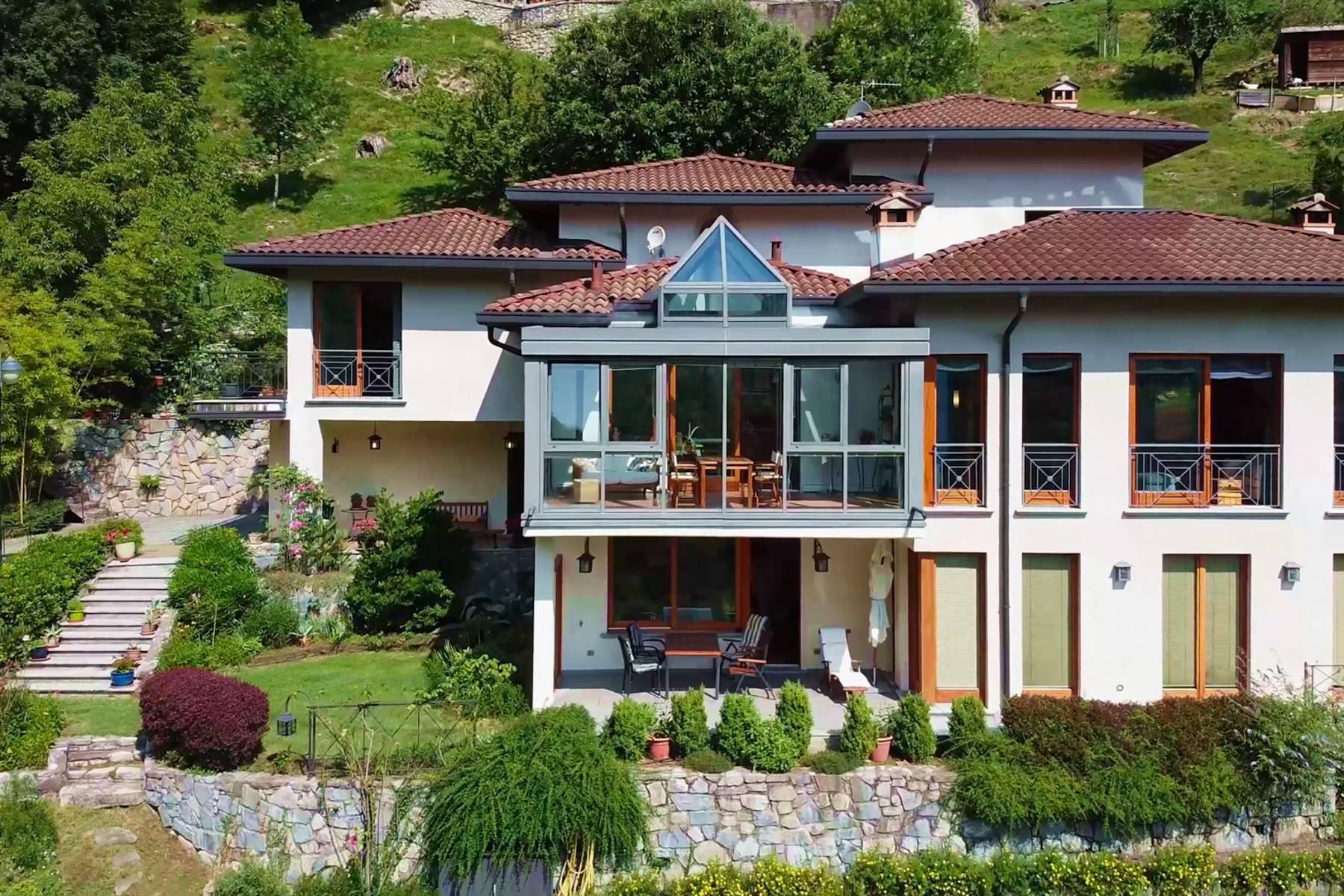 Splendida villa moderna sulla collina soleggiata sopra Argegno - 2