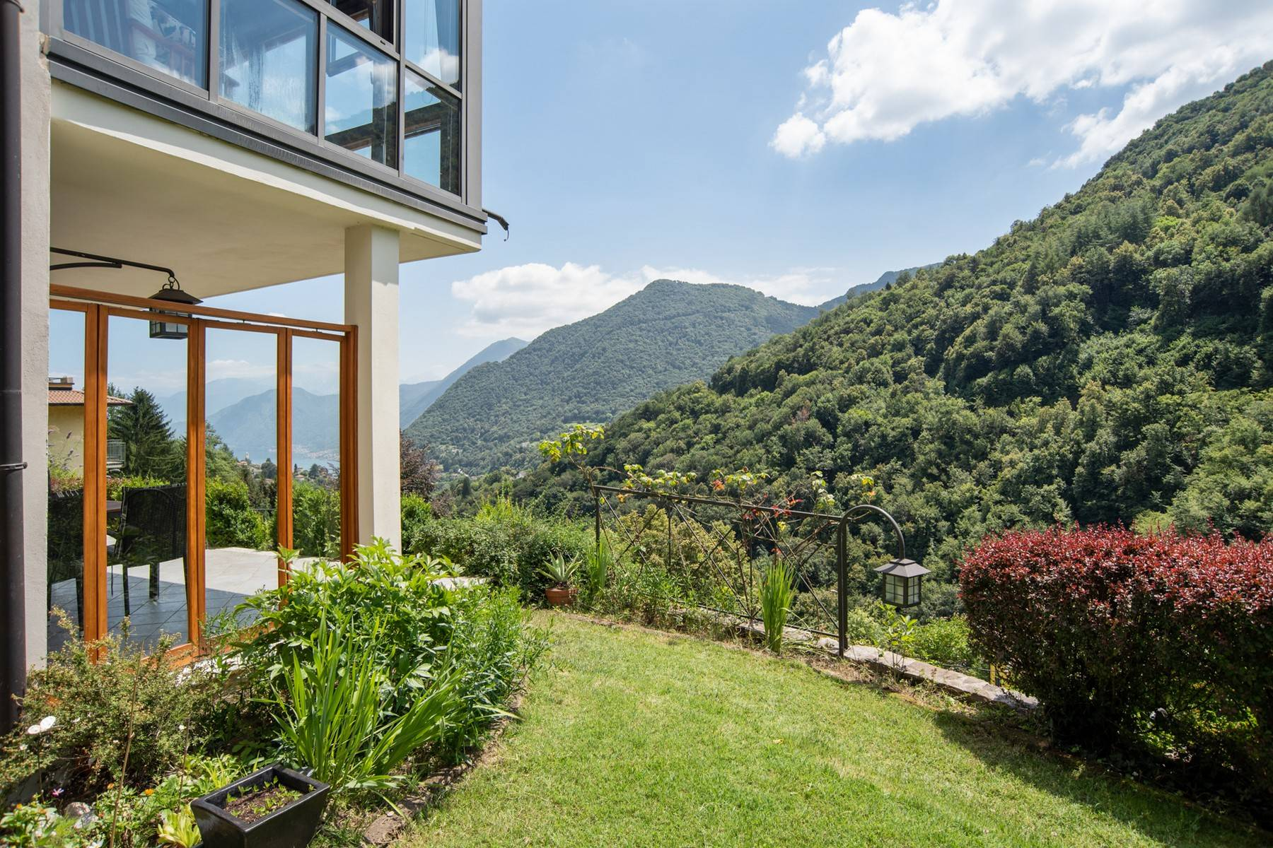 Splendida villa moderna sulla collina soleggiata sopra Argegno - 8