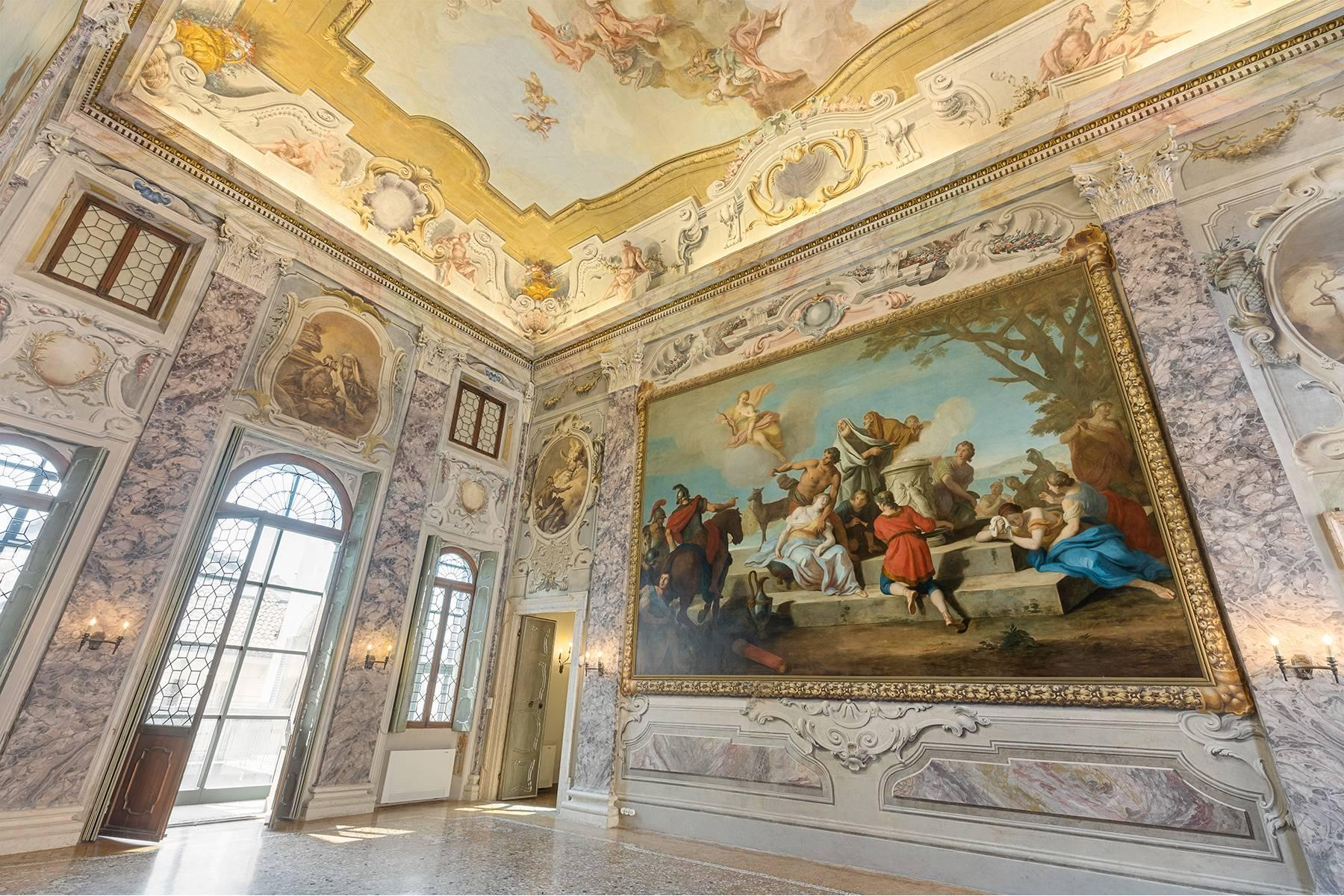 Magnificent frescoed bel étage in the heart of Verona - 24