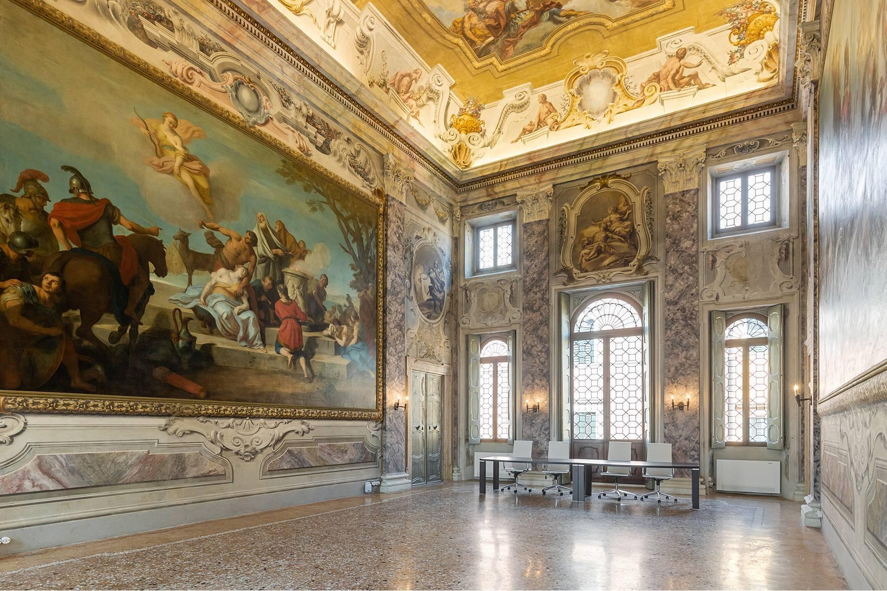 Великолепный апартамент с фресками в центре Вероны - 1