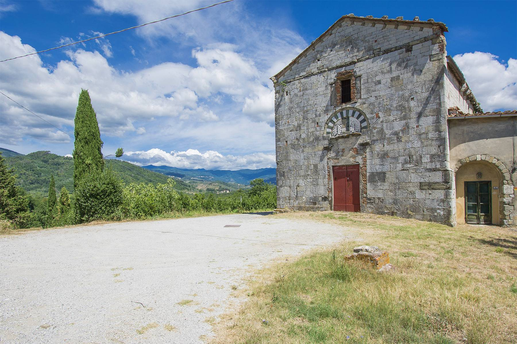 Charming farmhouse with a Xth century parish church in the Pistoia countryside - 2