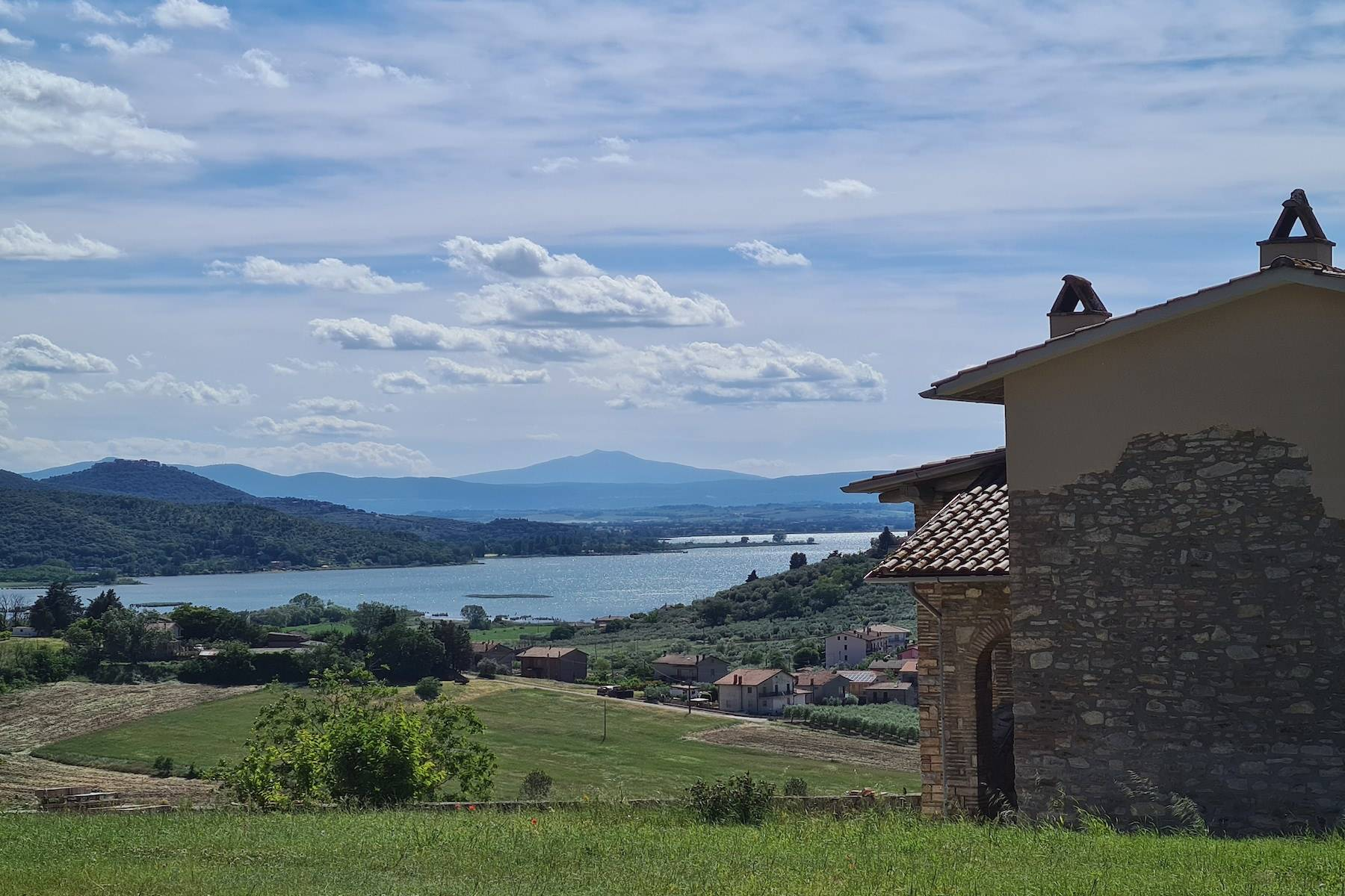 Panoramic farmhouse overlooking the Trasimeno Lake - 1