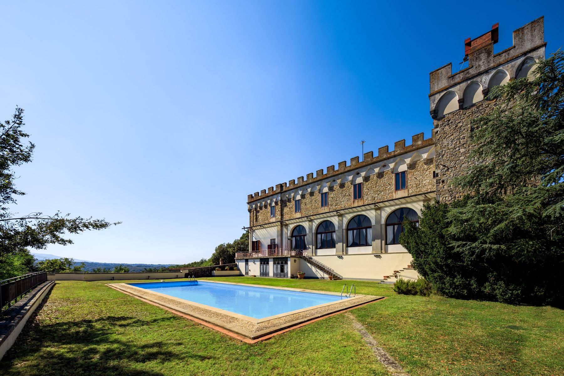 Hervorragendes Schloss auf den Hügeln von Florenz - 2