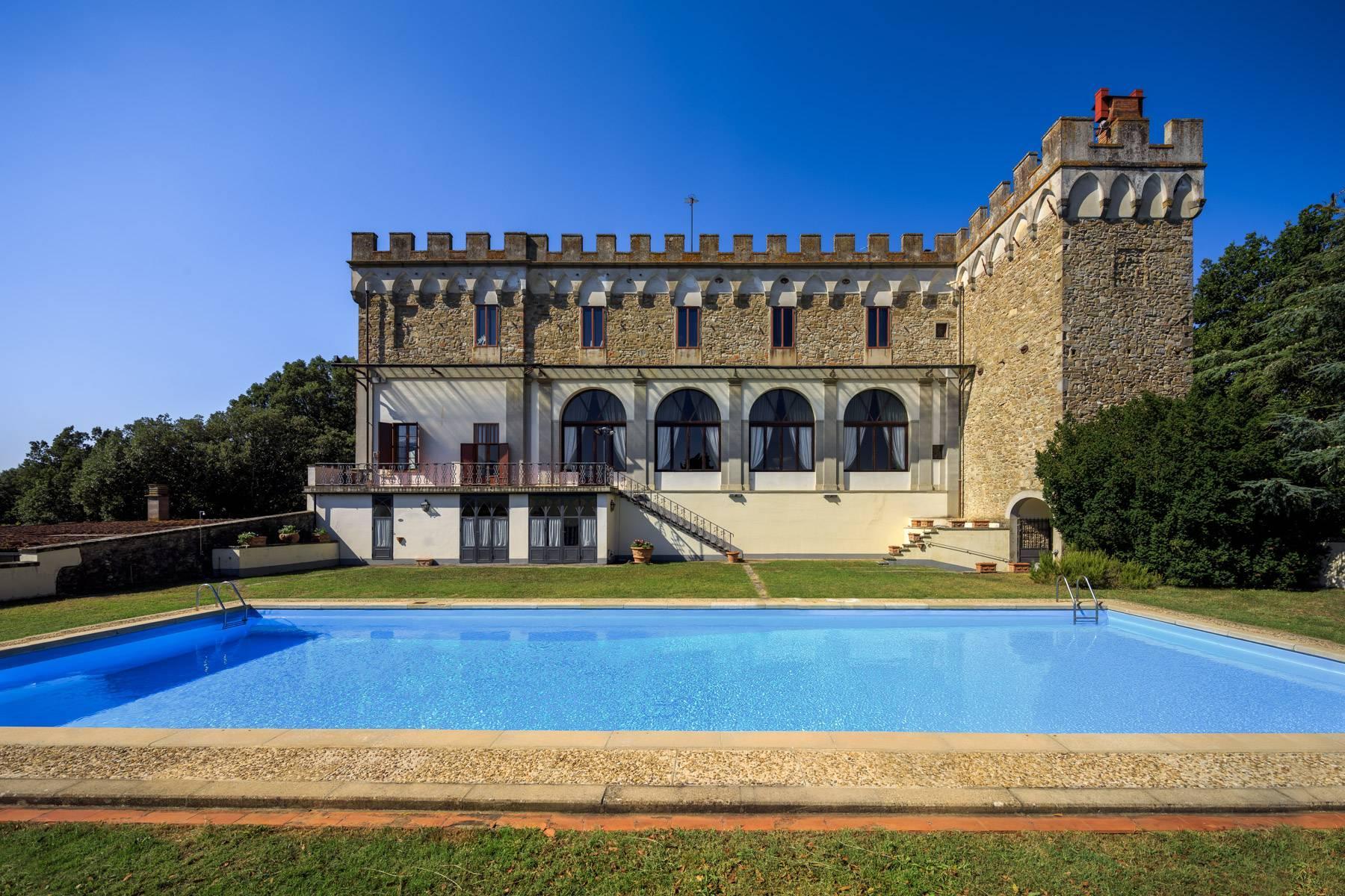 Hervorragendes Schloss auf den Hügeln von Florenz - 3