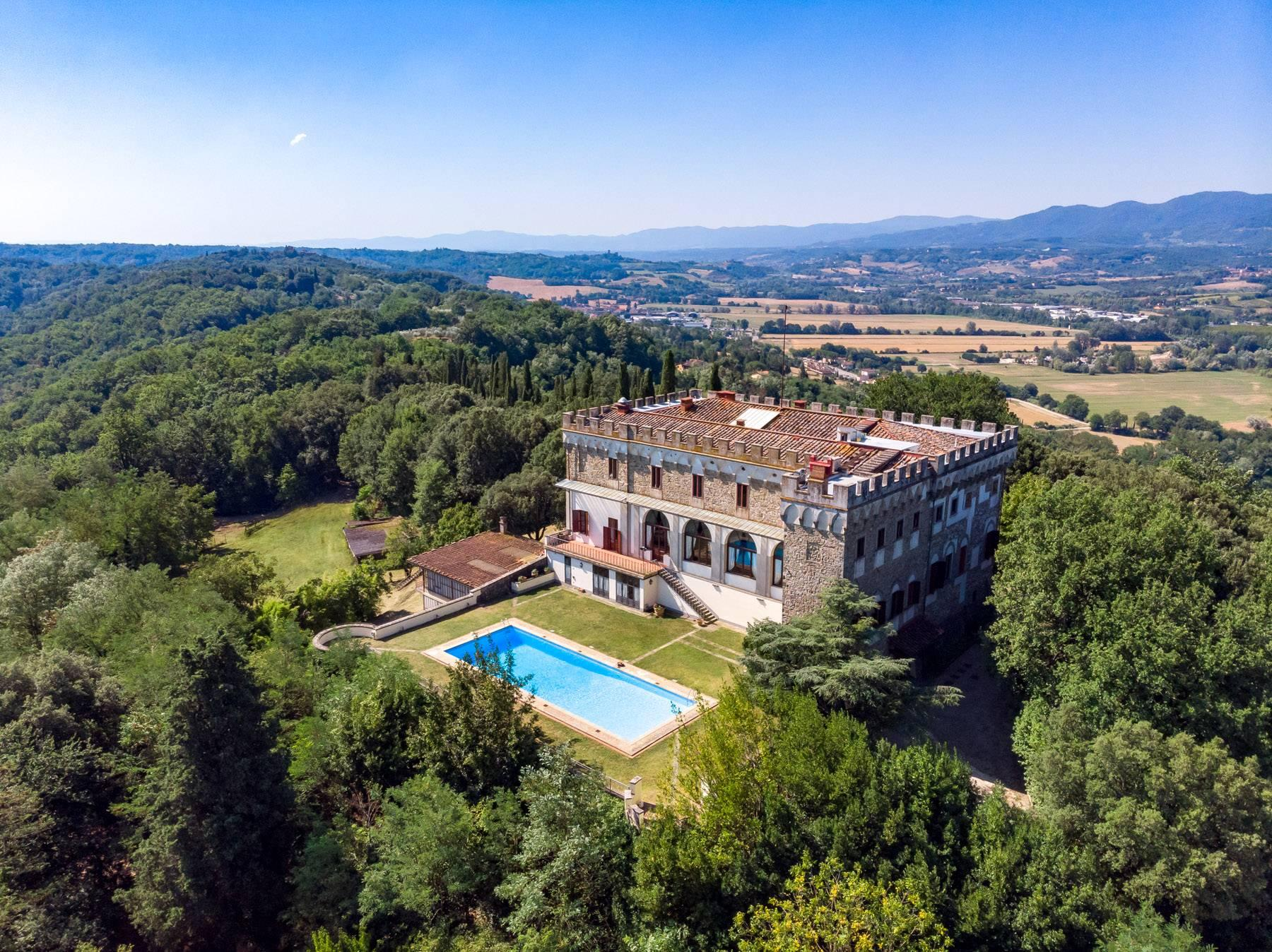 Hervorragendes Schloss auf den Hügeln von Florenz - 1
