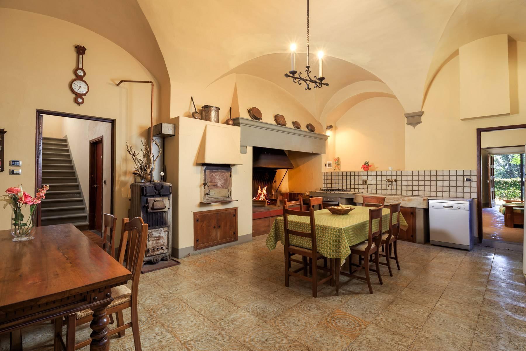 Hervorragendes Schloss auf den Hügeln von Florenz - 7