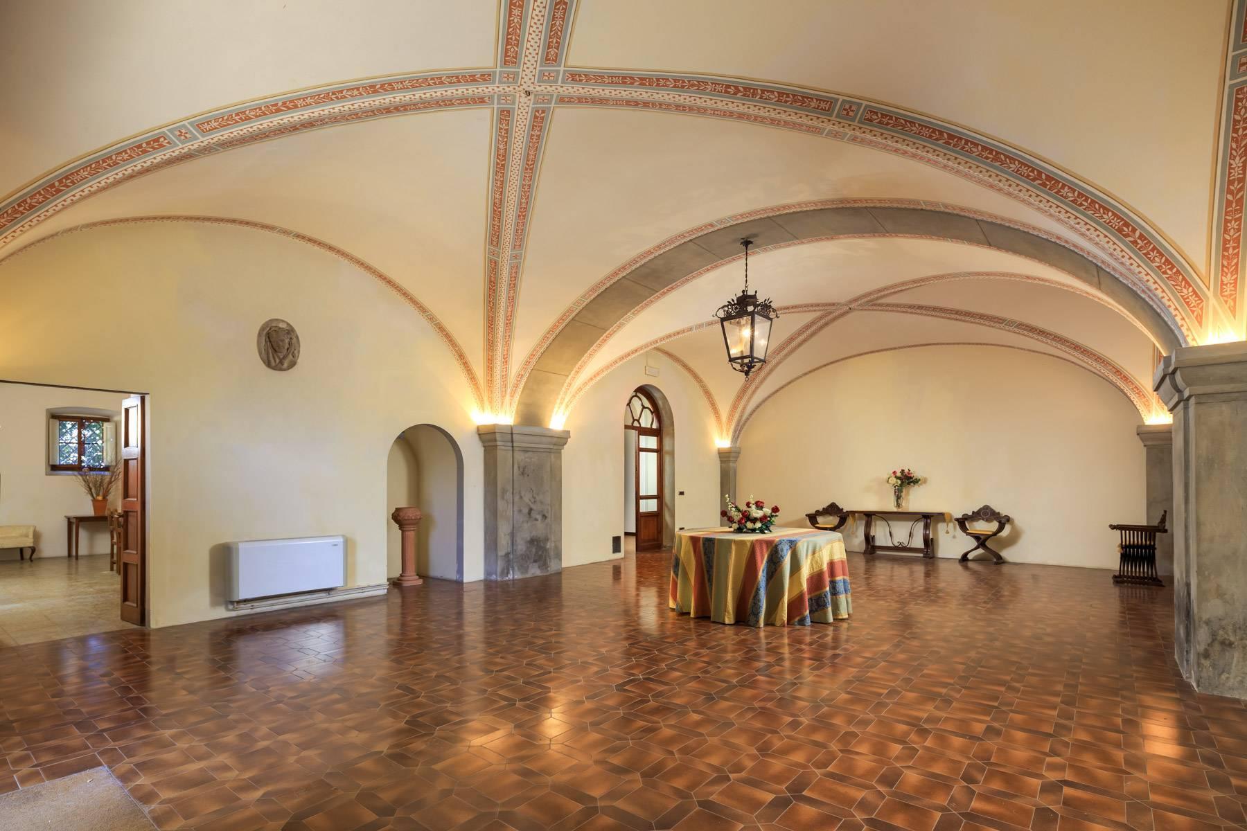 Hervorragendes Schloss auf den Hügeln von Florenz - 6