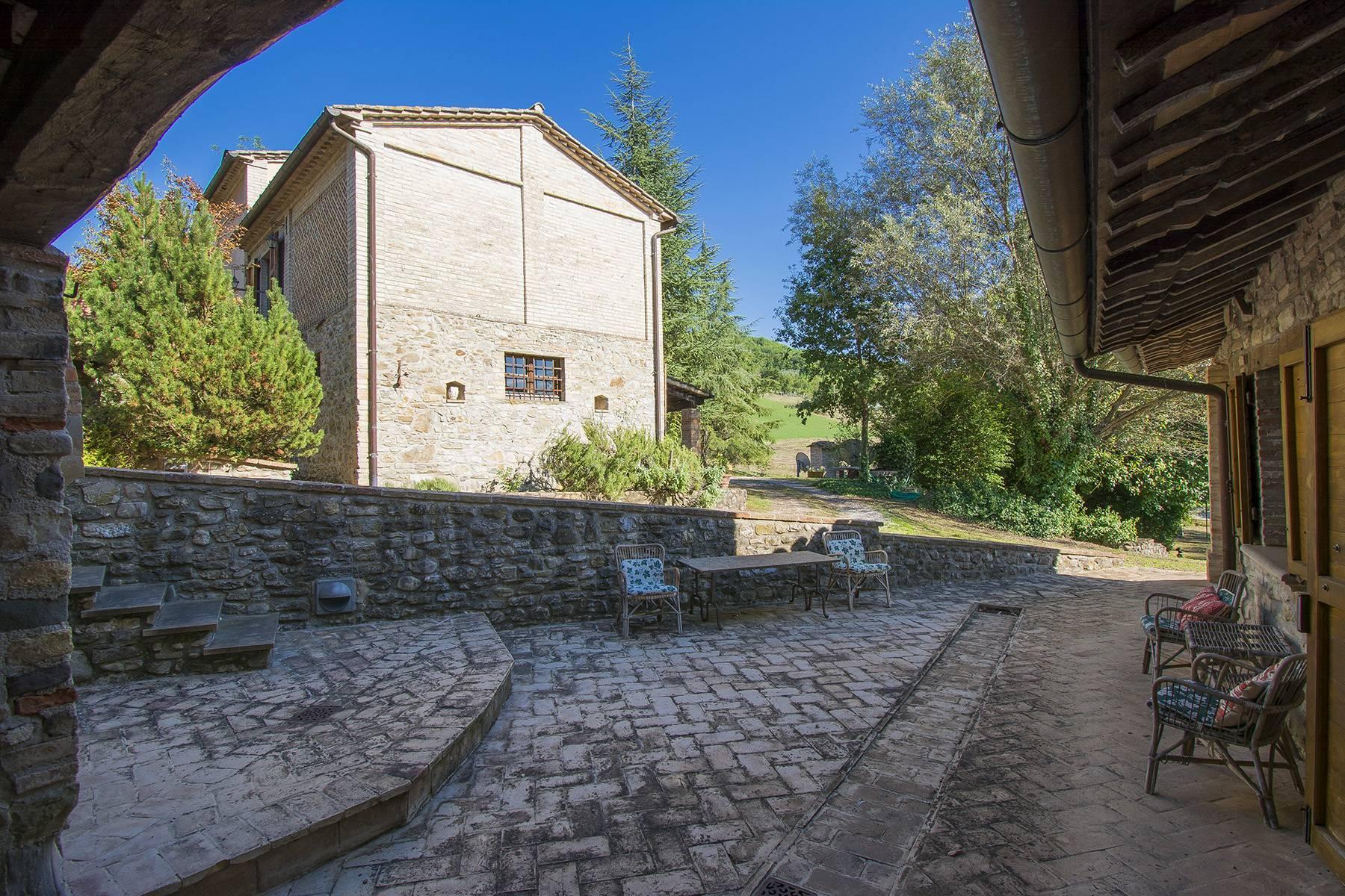 Средневековая башня с деревушкой недалеко от Умбертиде, Умбрия - 26