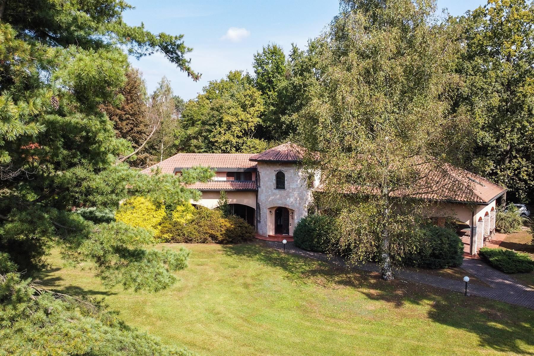 Prestigiosa villa con parco privato nel complesso residenziale