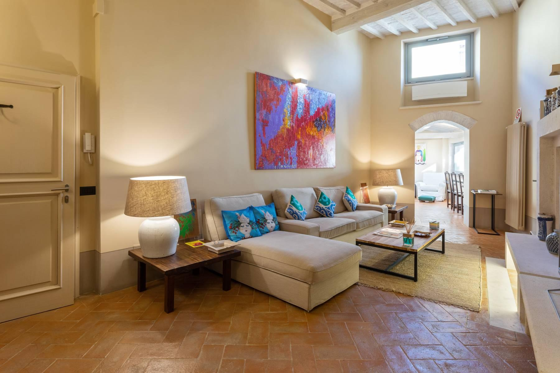 Prestigious apartment with frescoes in an historic palace - 1