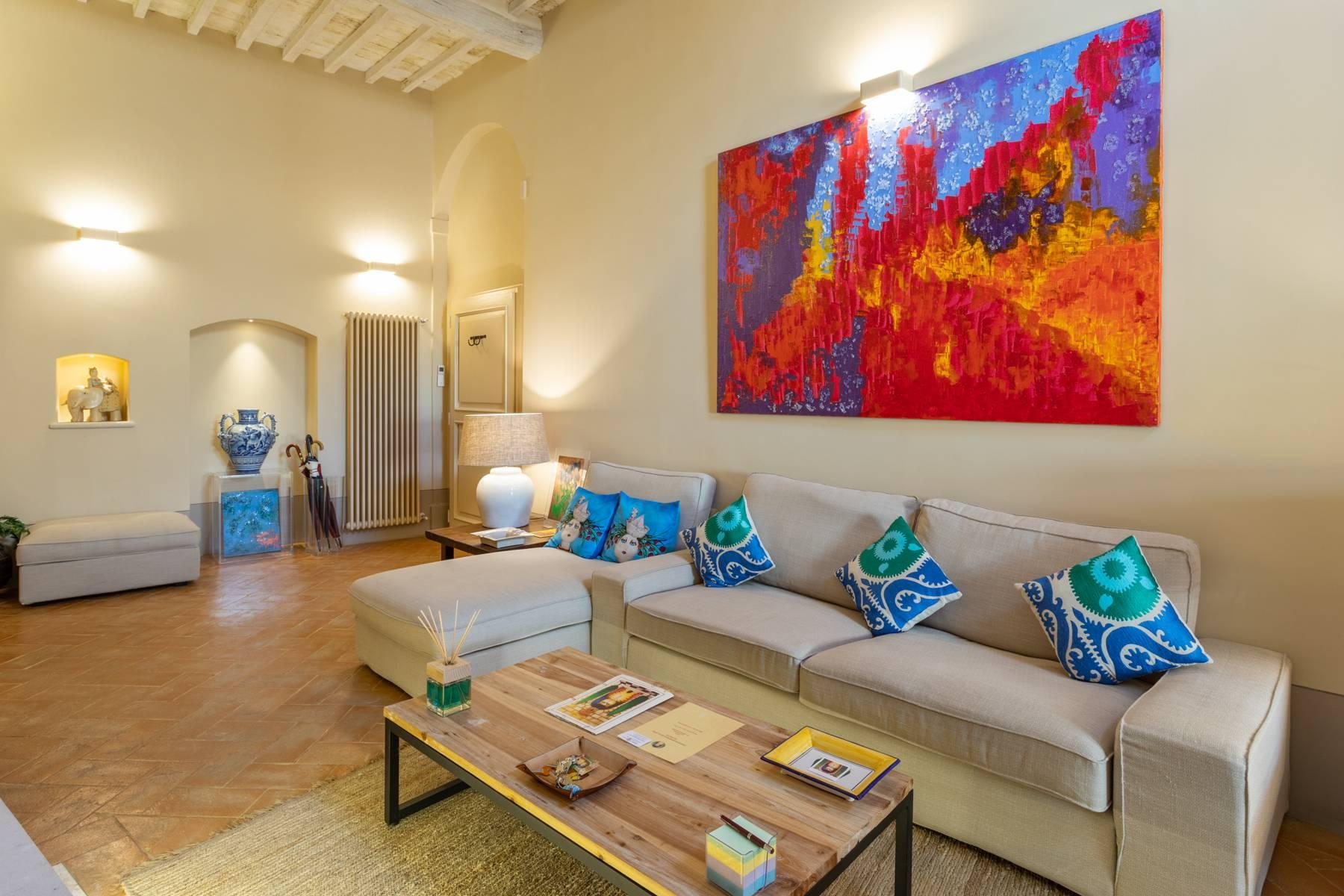 Prestigious apartment with frescoes in an historic palace - 4