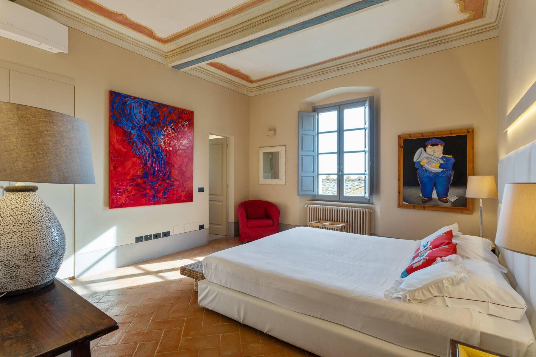 Prestigious apartment with frescoes in an historic palace - 14