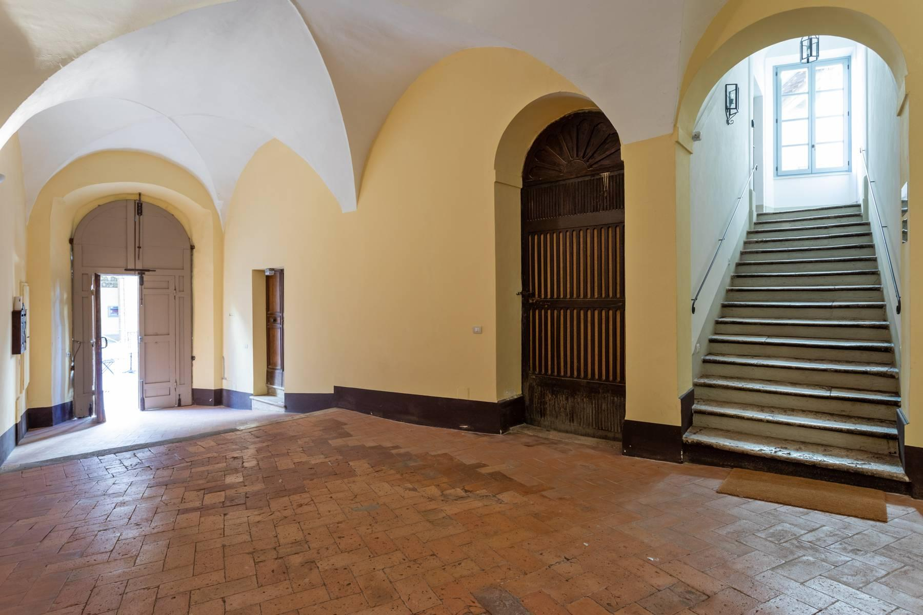 Prestigious apartment with frescoes in an historic palace - 24