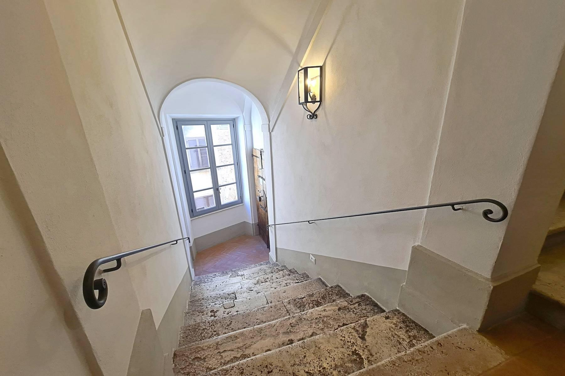 Prestigious apartment with frescoes in an historic palace - 25