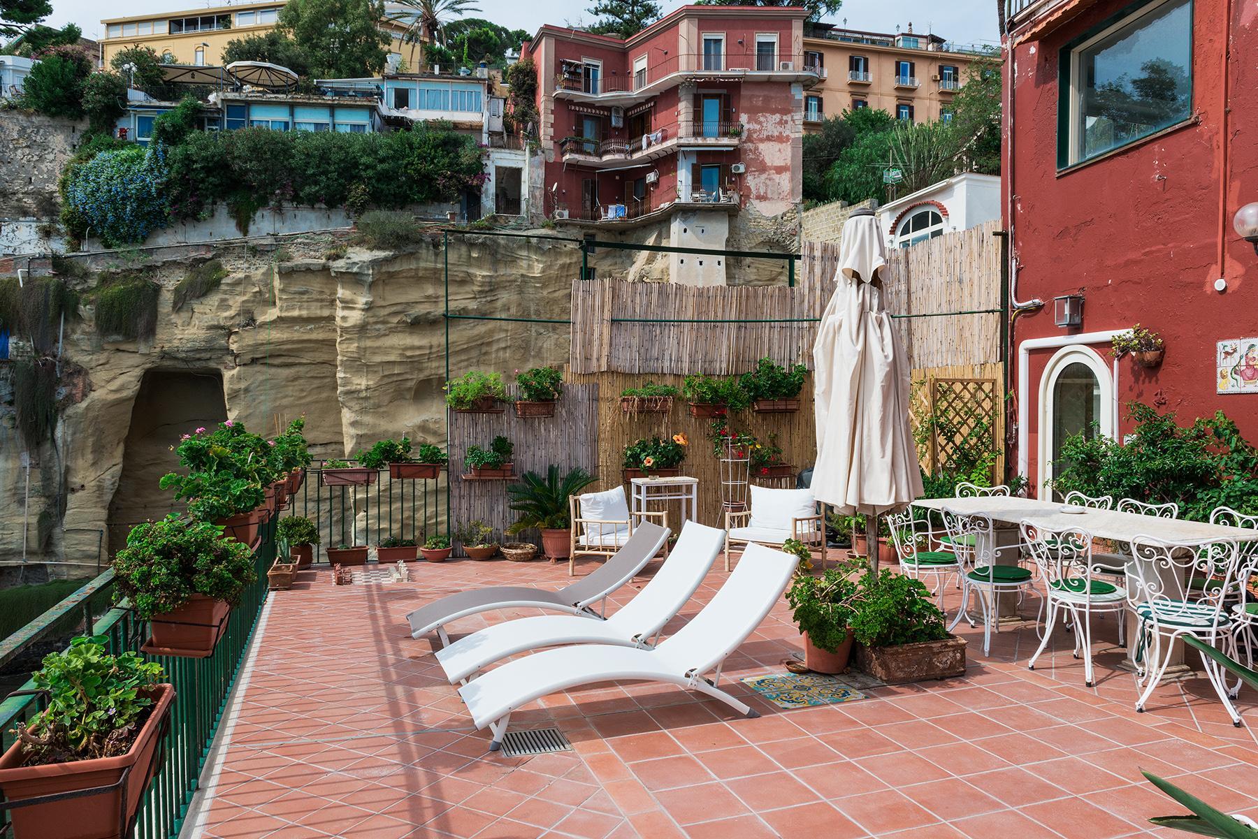 Первая линия моря! Потрясающие апартаменты в старинной вилле в Неаполе, Италия - 39