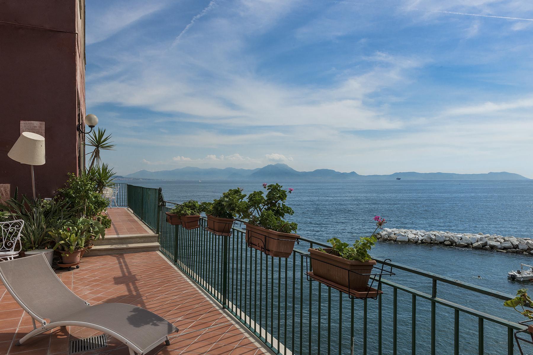 Первая линия моря! Потрясающие апартаменты в старинной вилле в Неаполе, Италия - 30