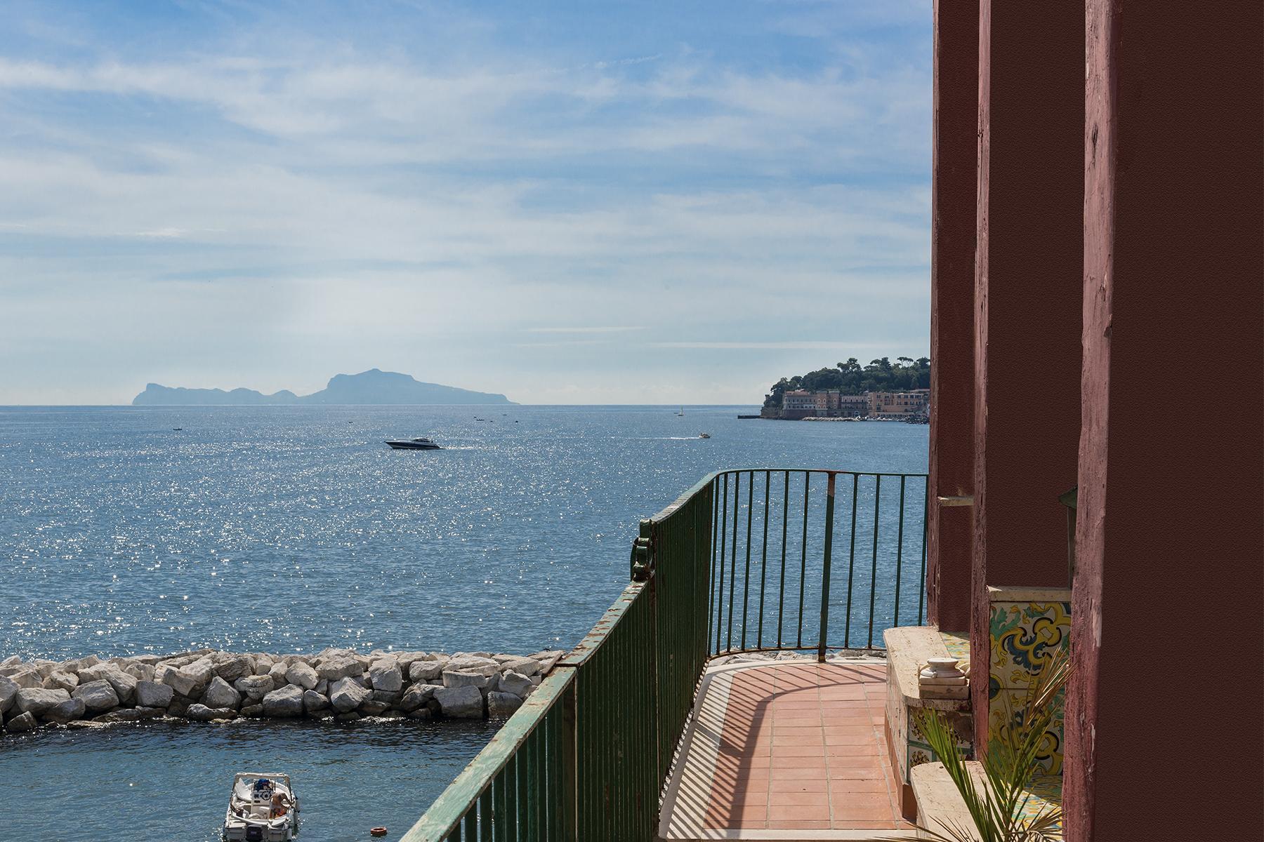 Первая линия моря! Потрясающие апартаменты в старинной вилле в Неаполе, Италия - 23