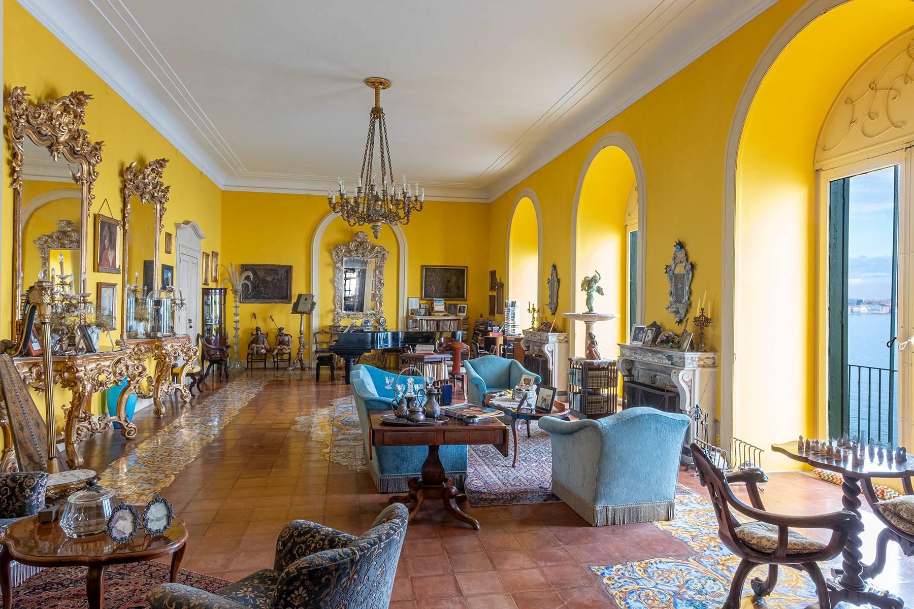 Первая линия моря! Потрясающие апартаменты в старинной вилле в Неаполе, Италия - 12