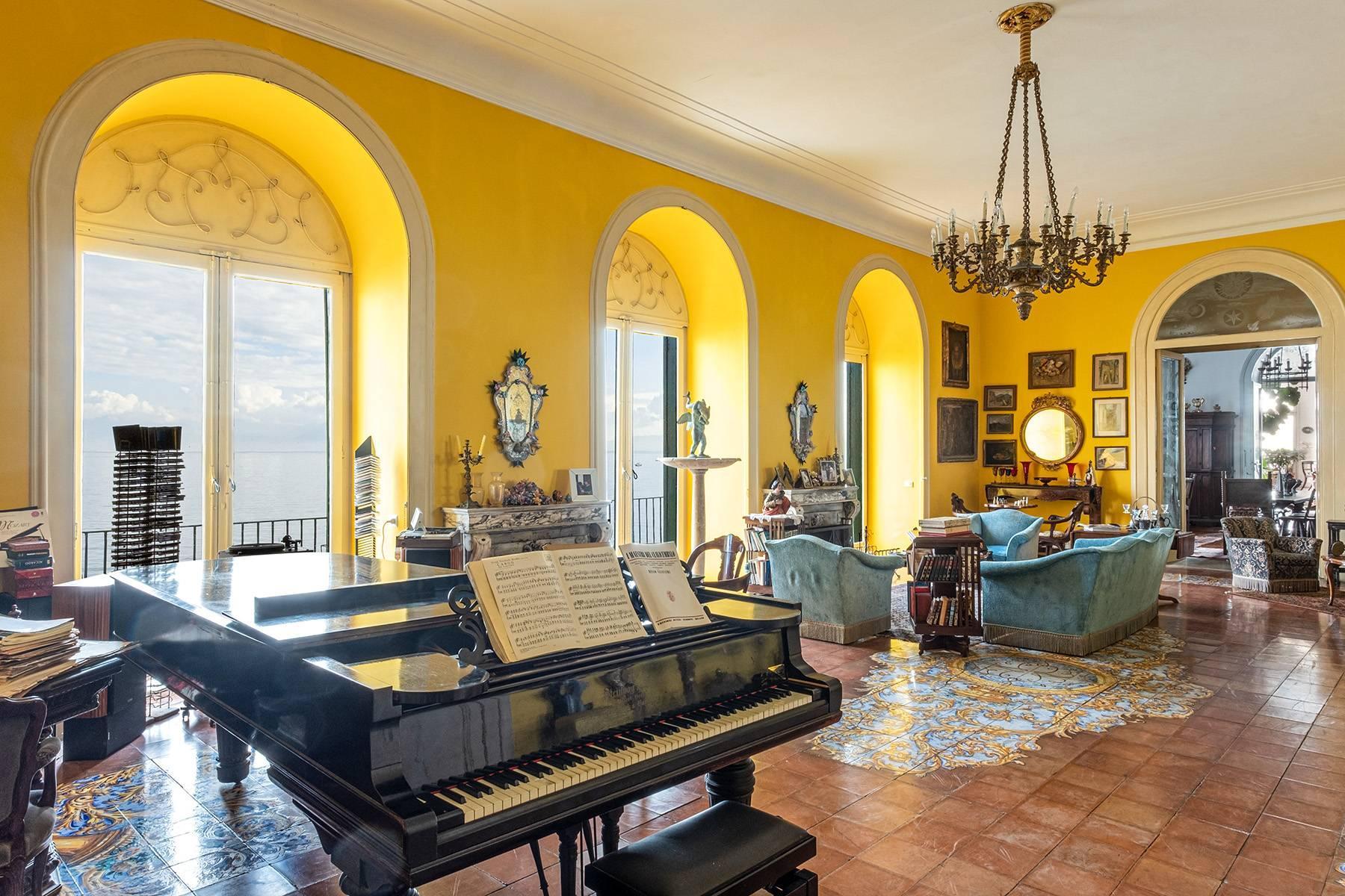 Первая линия моря! Потрясающие апартаменты в старинной вилле в Неаполе, Италия - 13