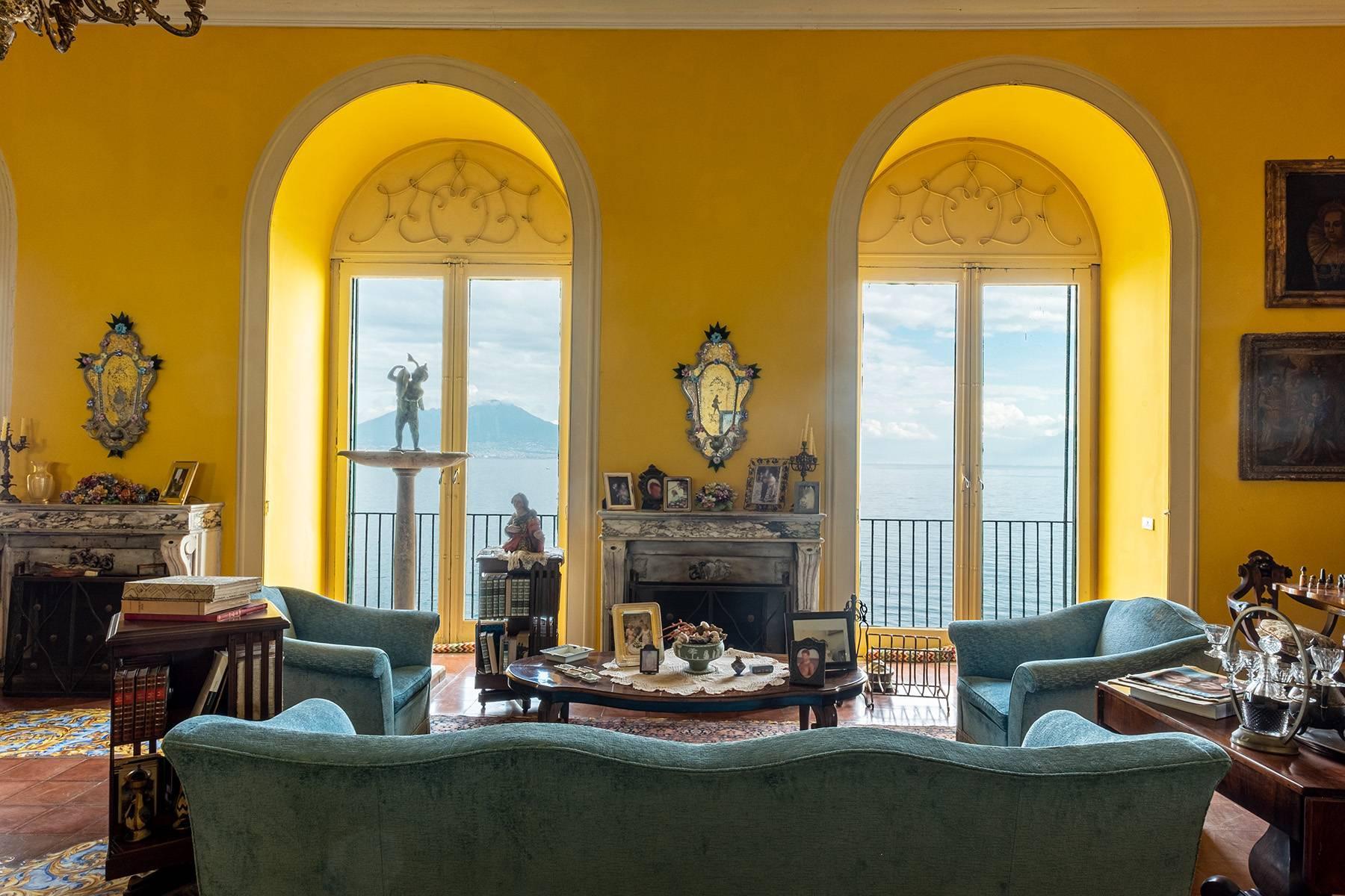 Первая линия моря! Потрясающие апартаменты в старинной вилле в Неаполе, Италия - 37