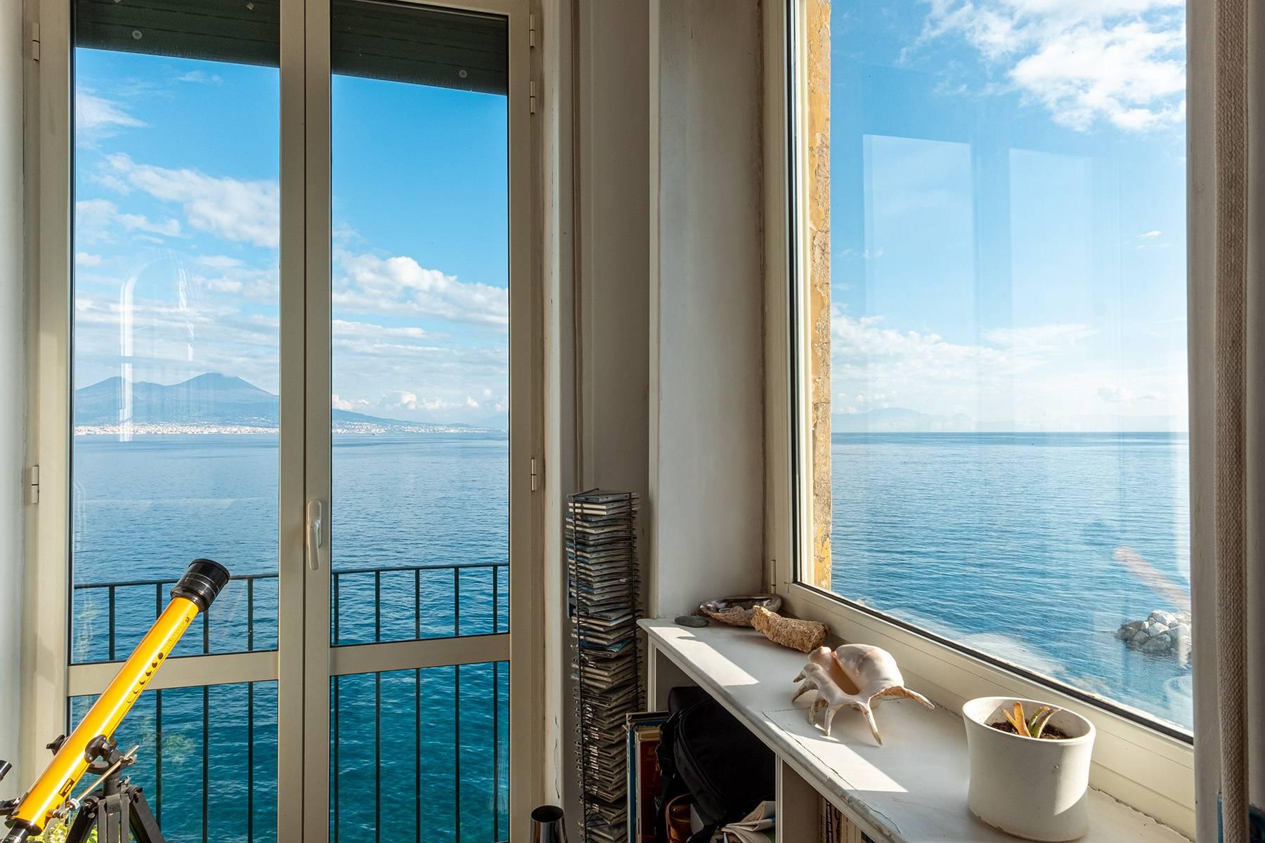 Первая линия моря! Потрясающие апартаменты в старинной вилле в Неаполе, Италия - 22