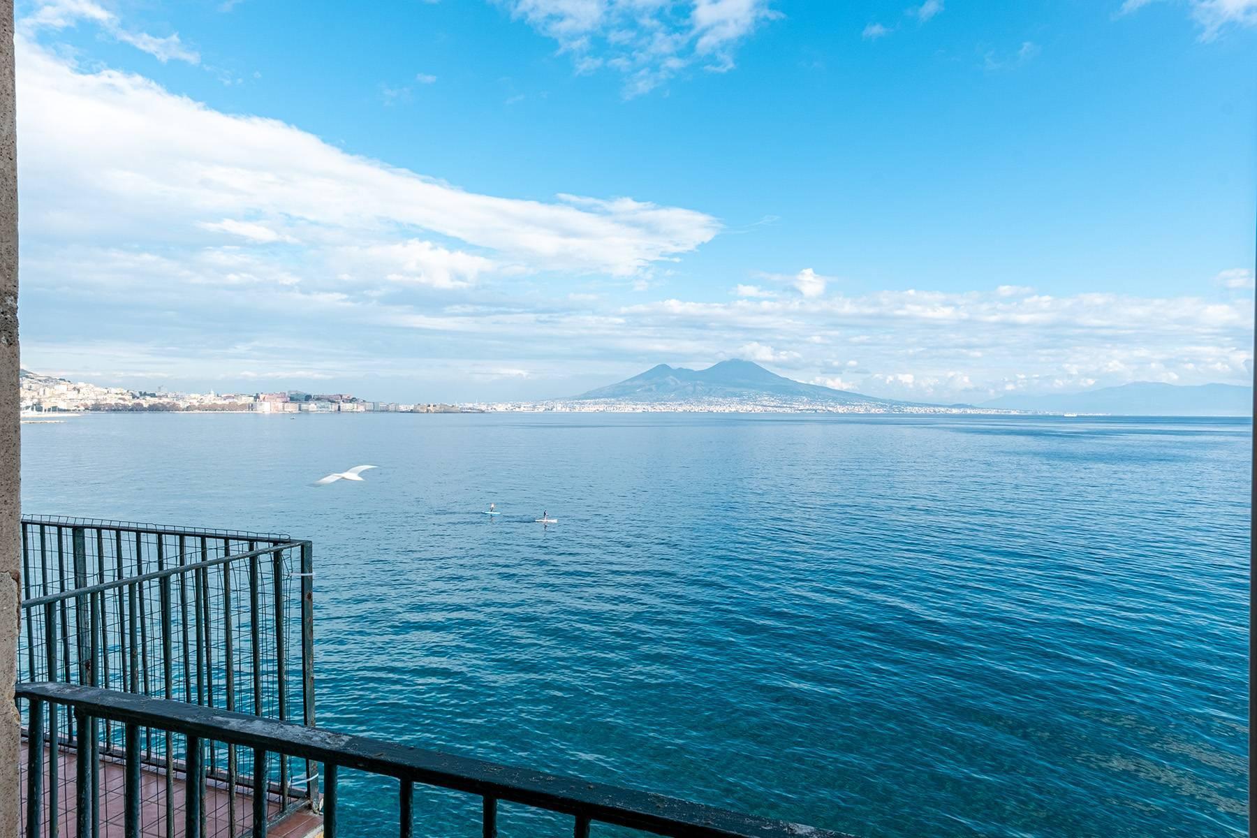 Первая линия моря! Потрясающие апартаменты в старинной вилле в Неаполе, Италия - 24
