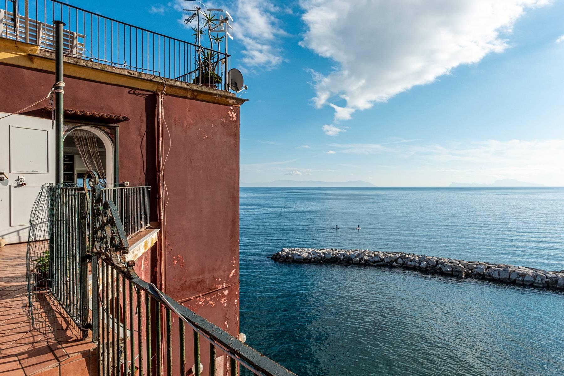 Первая линия моря! Потрясающие апартаменты в старинной вилле в Неаполе, Италия - 20